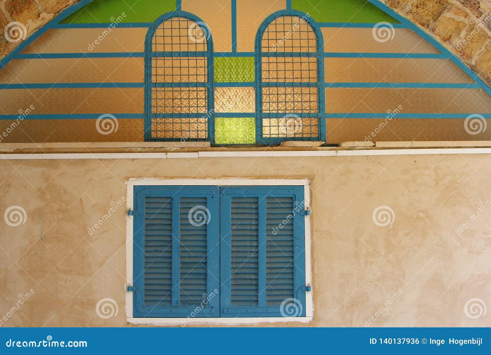 Teinte De Gris Clair maison bleue de fenêtres en verre teinté de volets, vieux