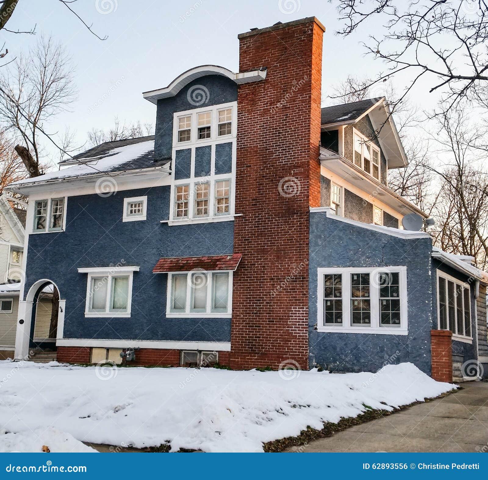 Maison bleue de stuc avec l équilibre blanc
