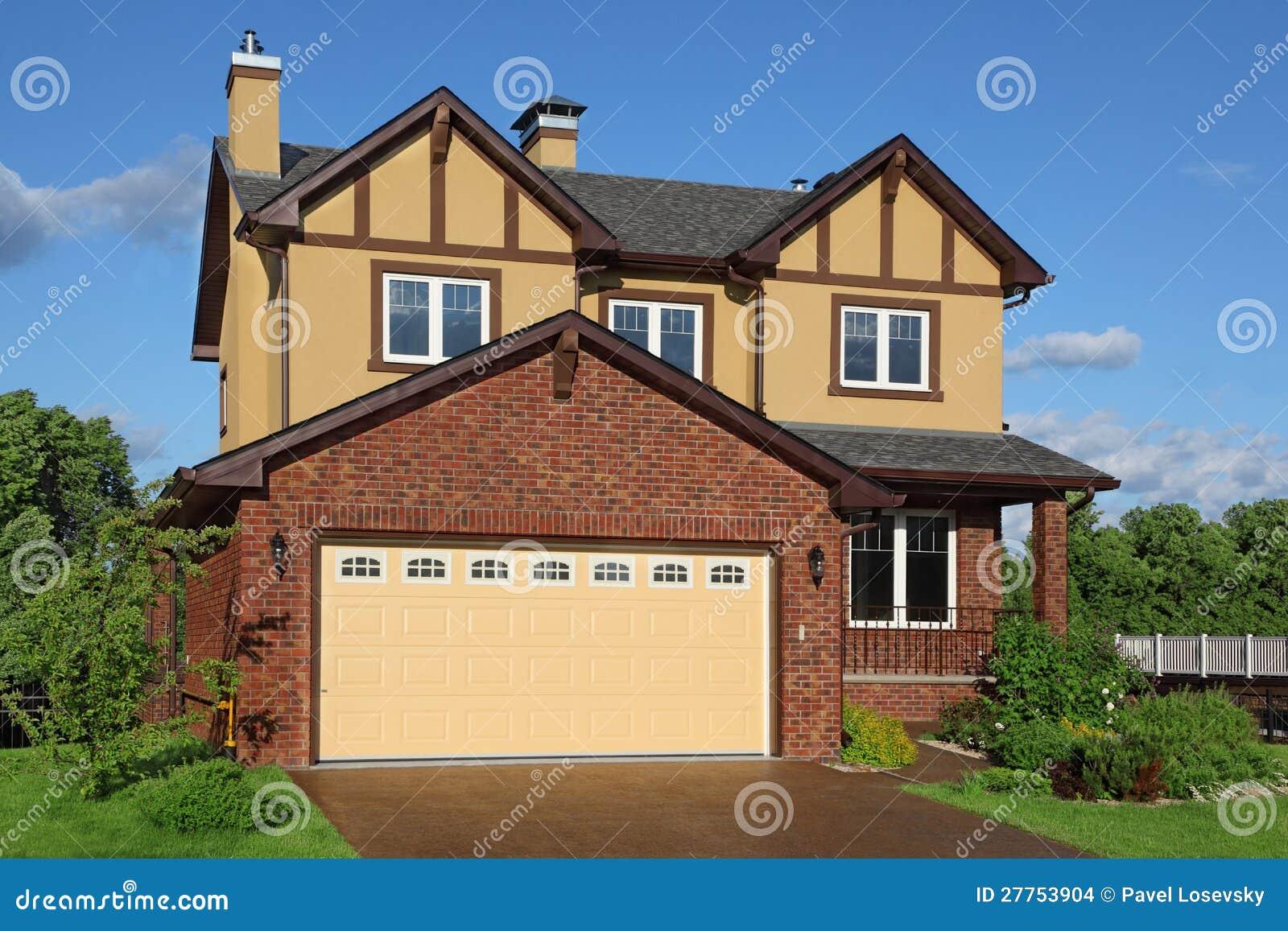 Maison brune deux-racontée neuve avec le garage intrinsèque