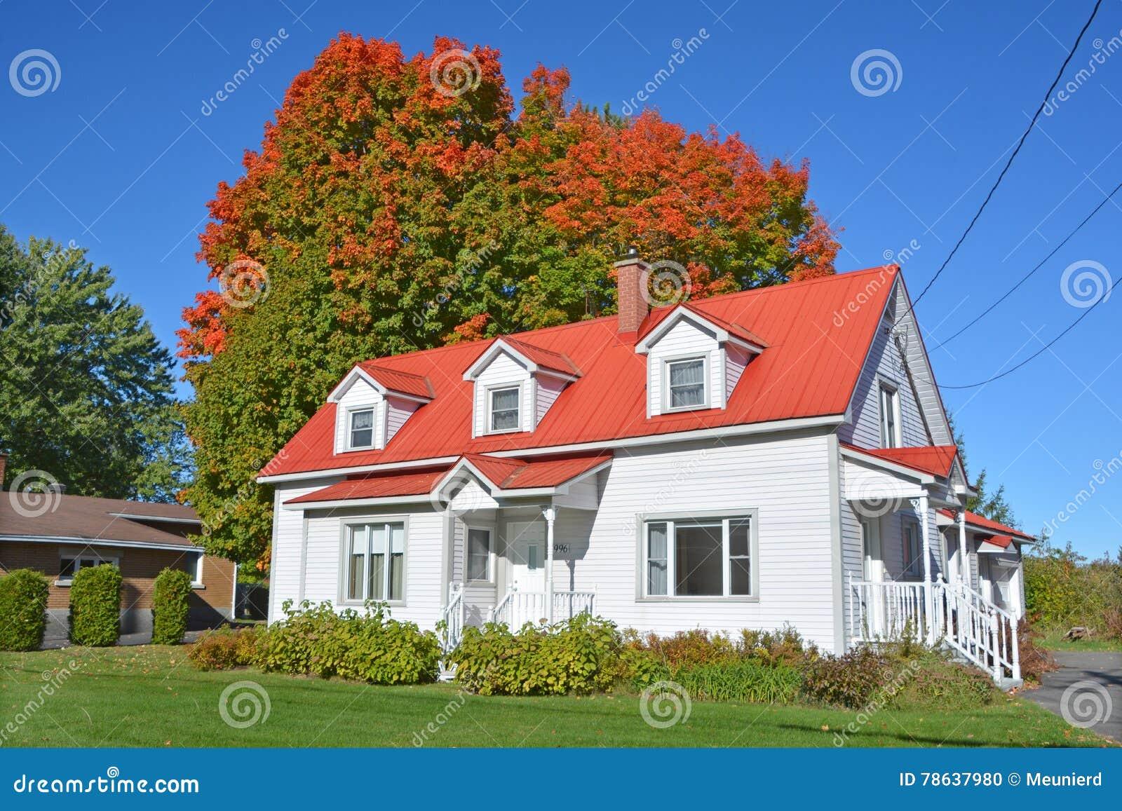Maison canadienne typique image éditorial. Image du coloré ...