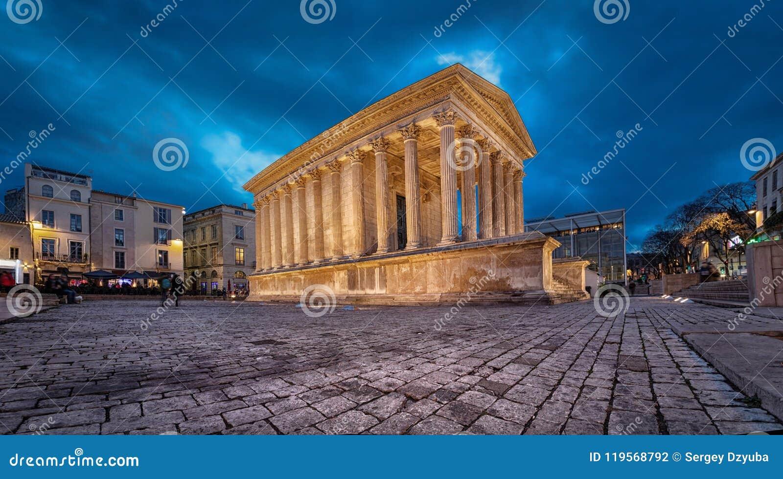 Maison Carree - восстановленный римский висок в Nimes, Франции