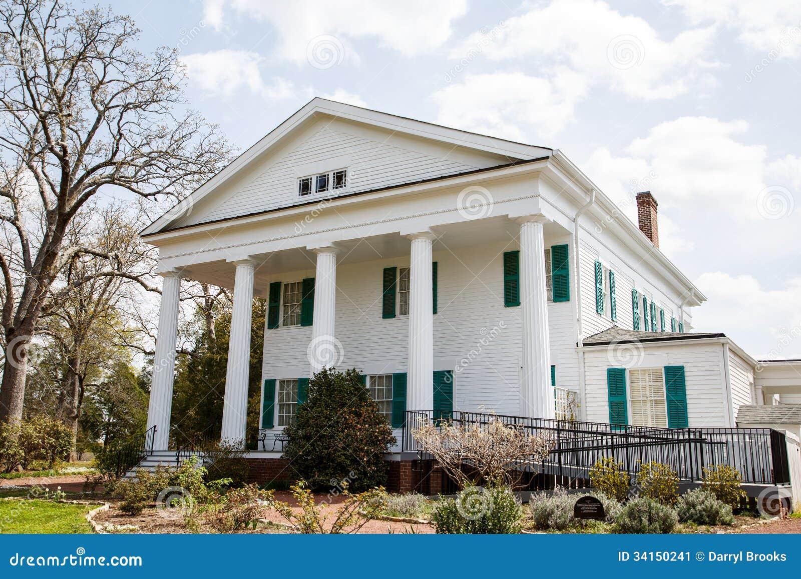 Maison coloniale classique avec la rampe moderne d for Maison classique moderne