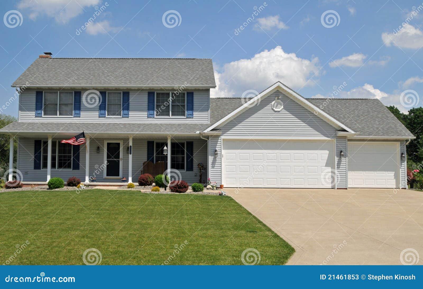 maison coloniale moderne de type photos stock image 21461853. Black Bedroom Furniture Sets. Home Design Ideas