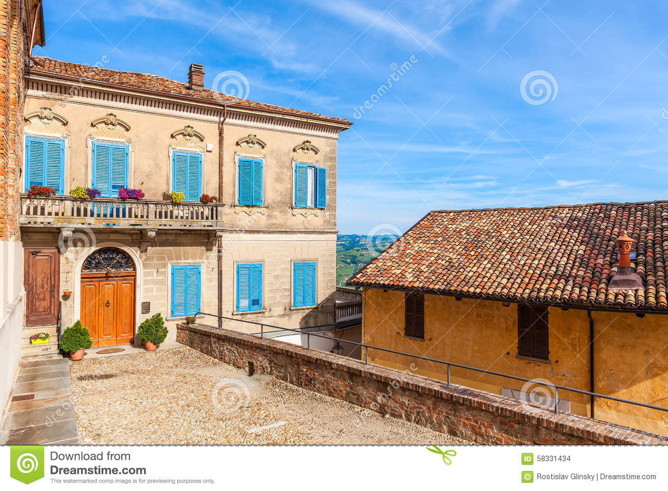 Maison color e dans la petite ville italienne photo stock for Maison italienne architecture