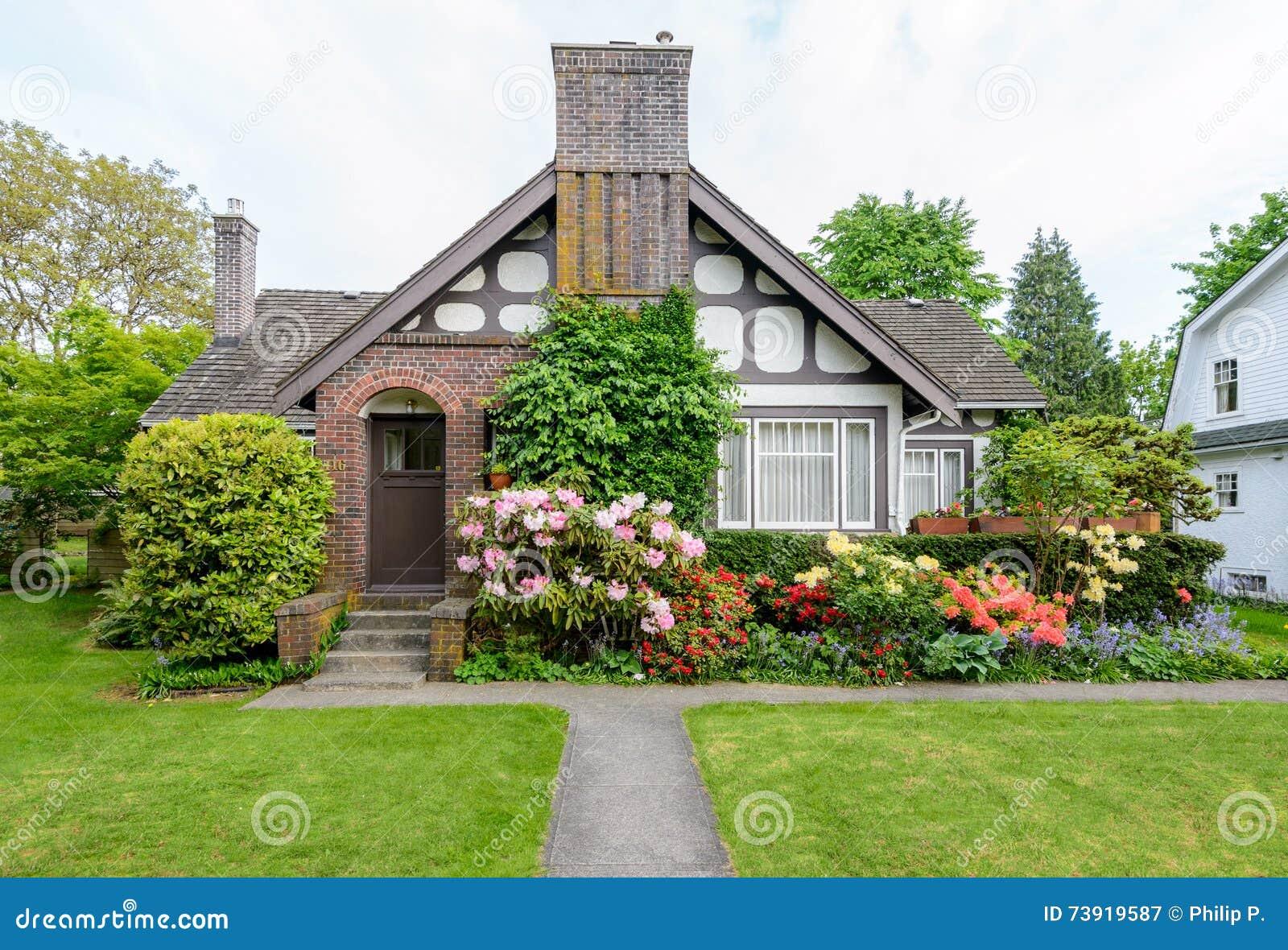 Maison Confortable Avec Un Beau Jardin Un Jour Ensoleille Image