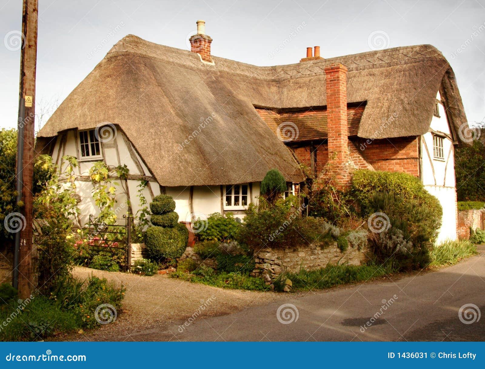 maison couverte de chaume anglaise de village image stock. Black Bedroom Furniture Sets. Home Design Ideas
