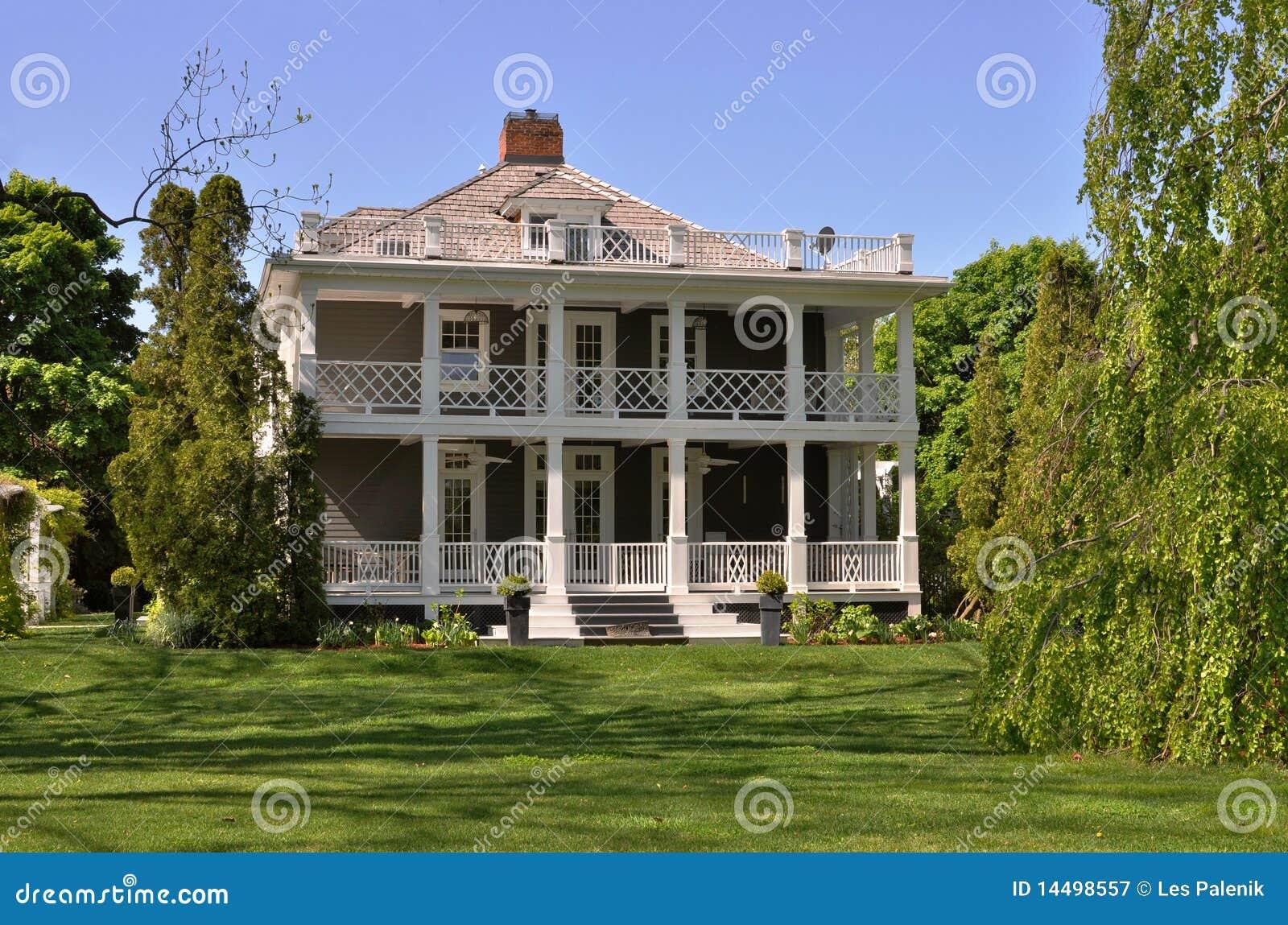 maison d 39 t avec des balcons photographie stock libre de droits image 14498557. Black Bedroom Furniture Sets. Home Design Ideas
