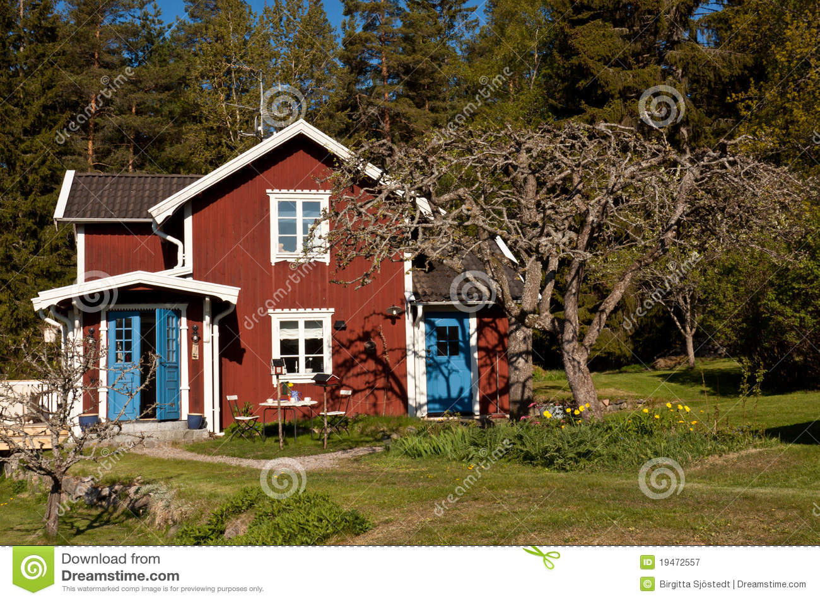 maison d 39 t idyllique en su de photographie stock libre de droits image 19472557. Black Bedroom Furniture Sets. Home Design Ideas