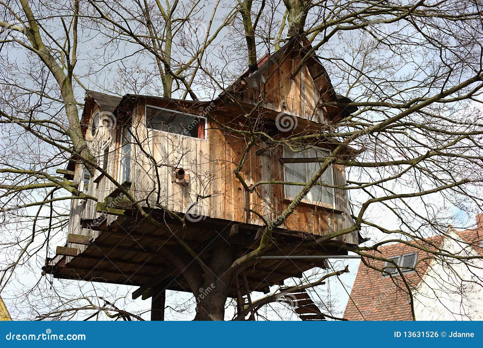 maison d 39 arbre photo stock image du ressort amusement 13631526. Black Bedroom Furniture Sets. Home Design Ideas