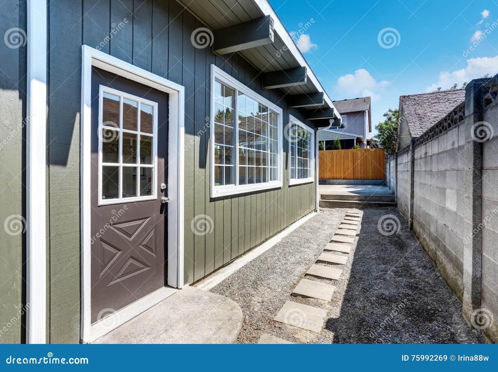 Cour Gravier pour maison d'arrière cour extérieure avec le passage couvert de gravier