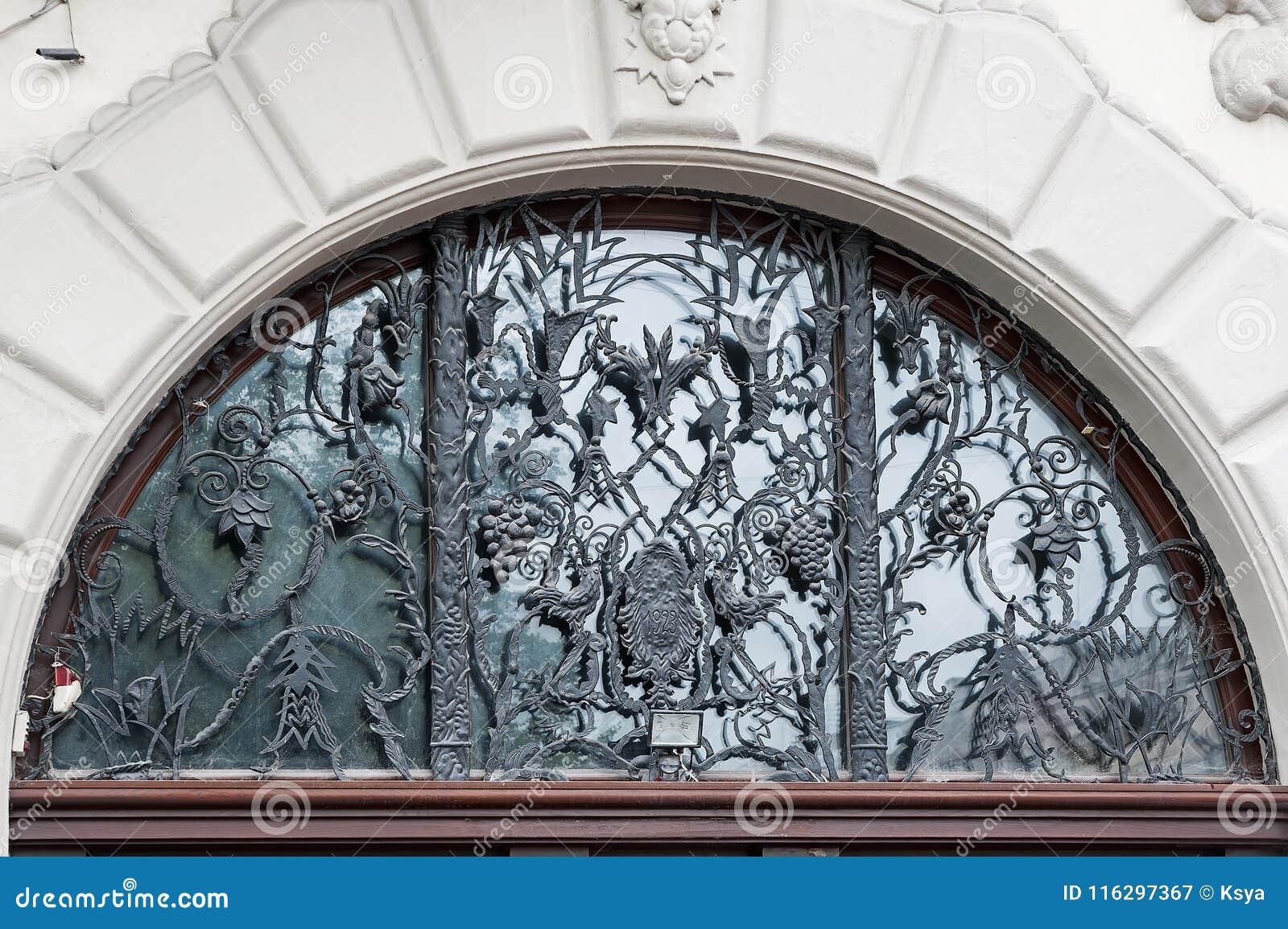 Maison d Art Nouveau avec le trellis fleuri de raisins de Lviv, Ukraine