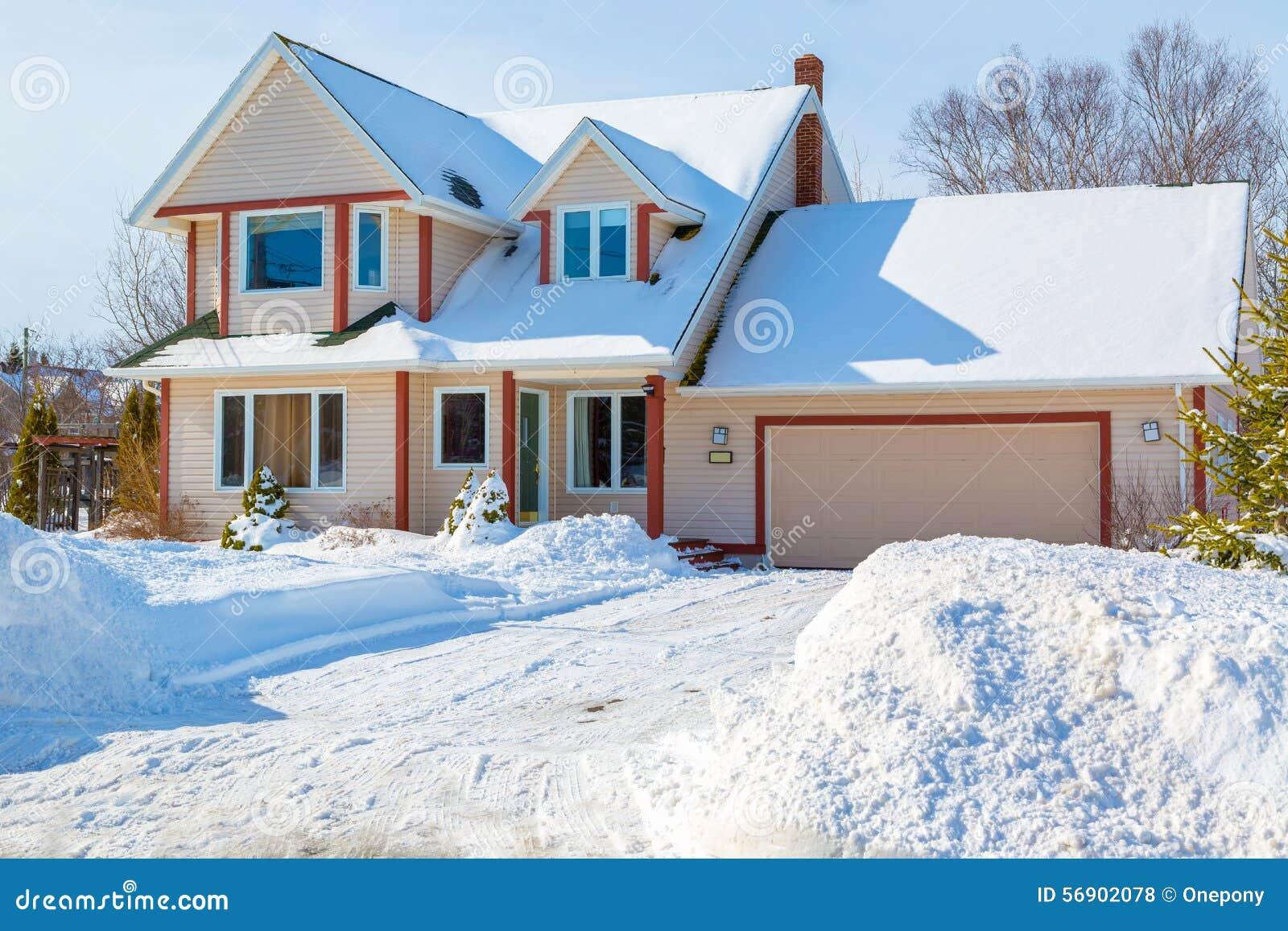 Maison d 39 hiver photo stock image 56902078 - Temperature maison hiver ...