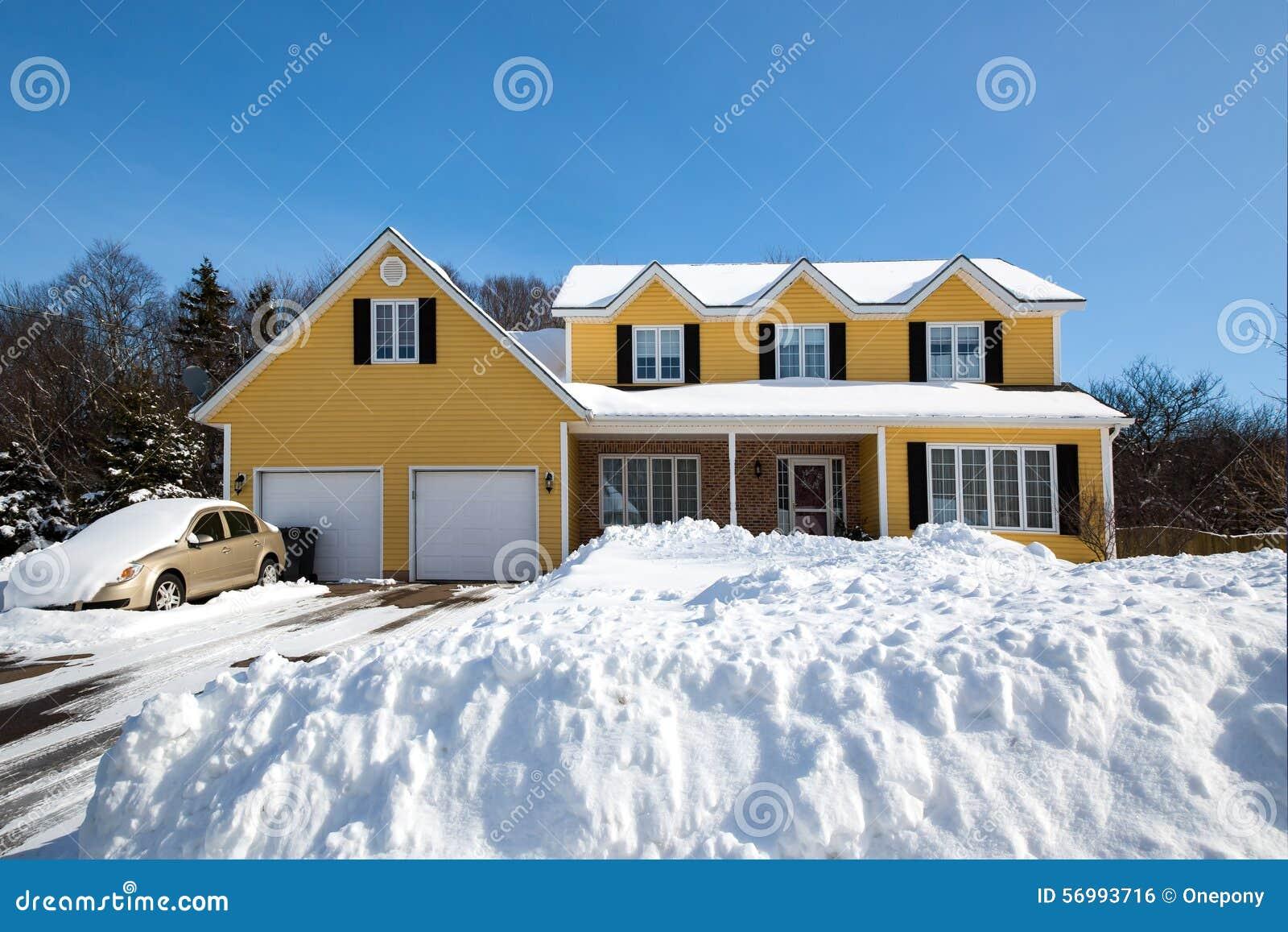 Maison d 39 hiver photo stock image 56993716 - Temperature maison hiver ...
