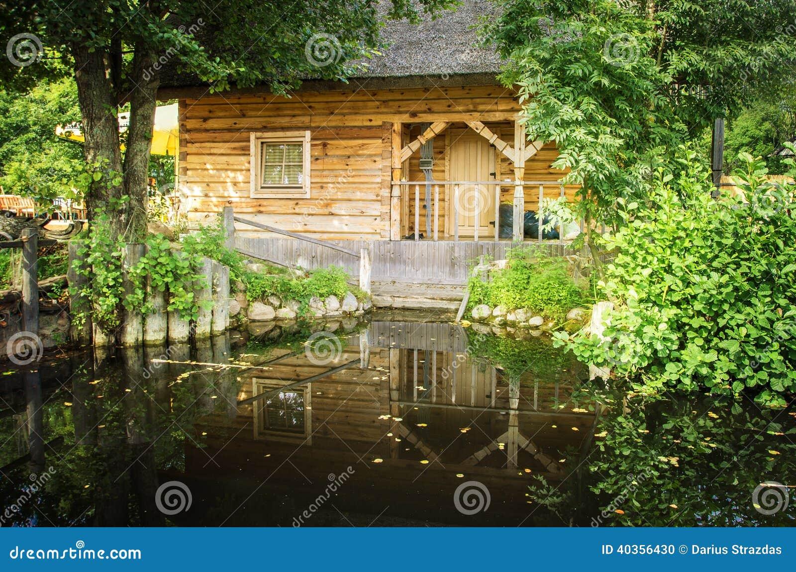 Maison De Bois De Construction Et Tang De Jardin Photo