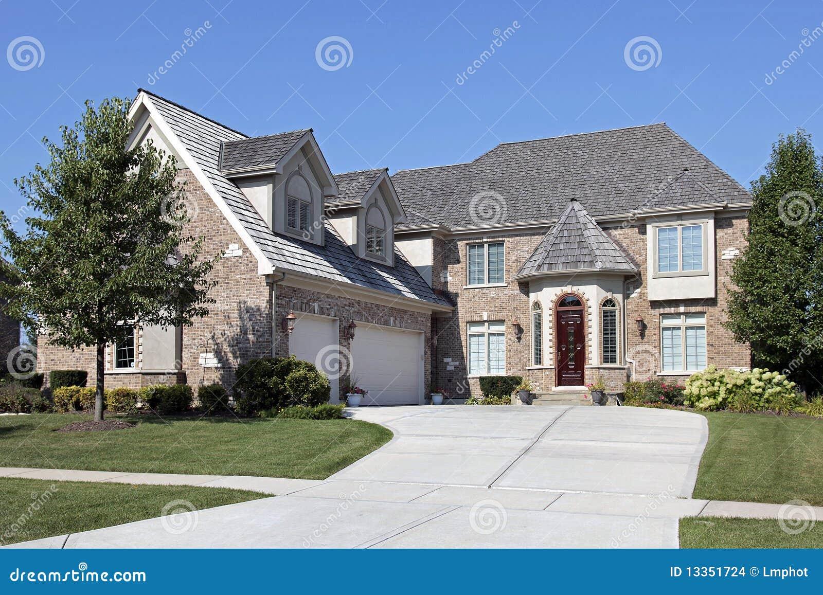 maison de brique avec la trappe en bois rouge images stock. Black Bedroom Furniture Sets. Home Design Ideas