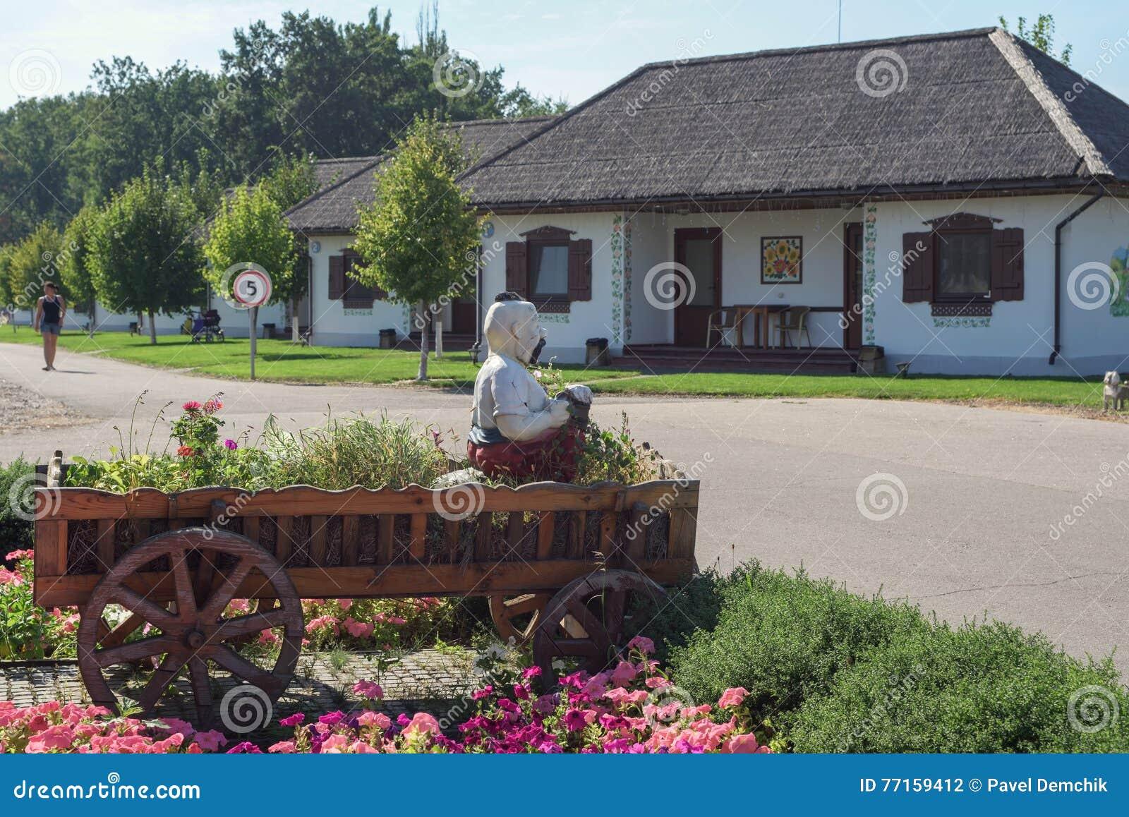 Maison de campagne classique avec les arbres et l herbe
