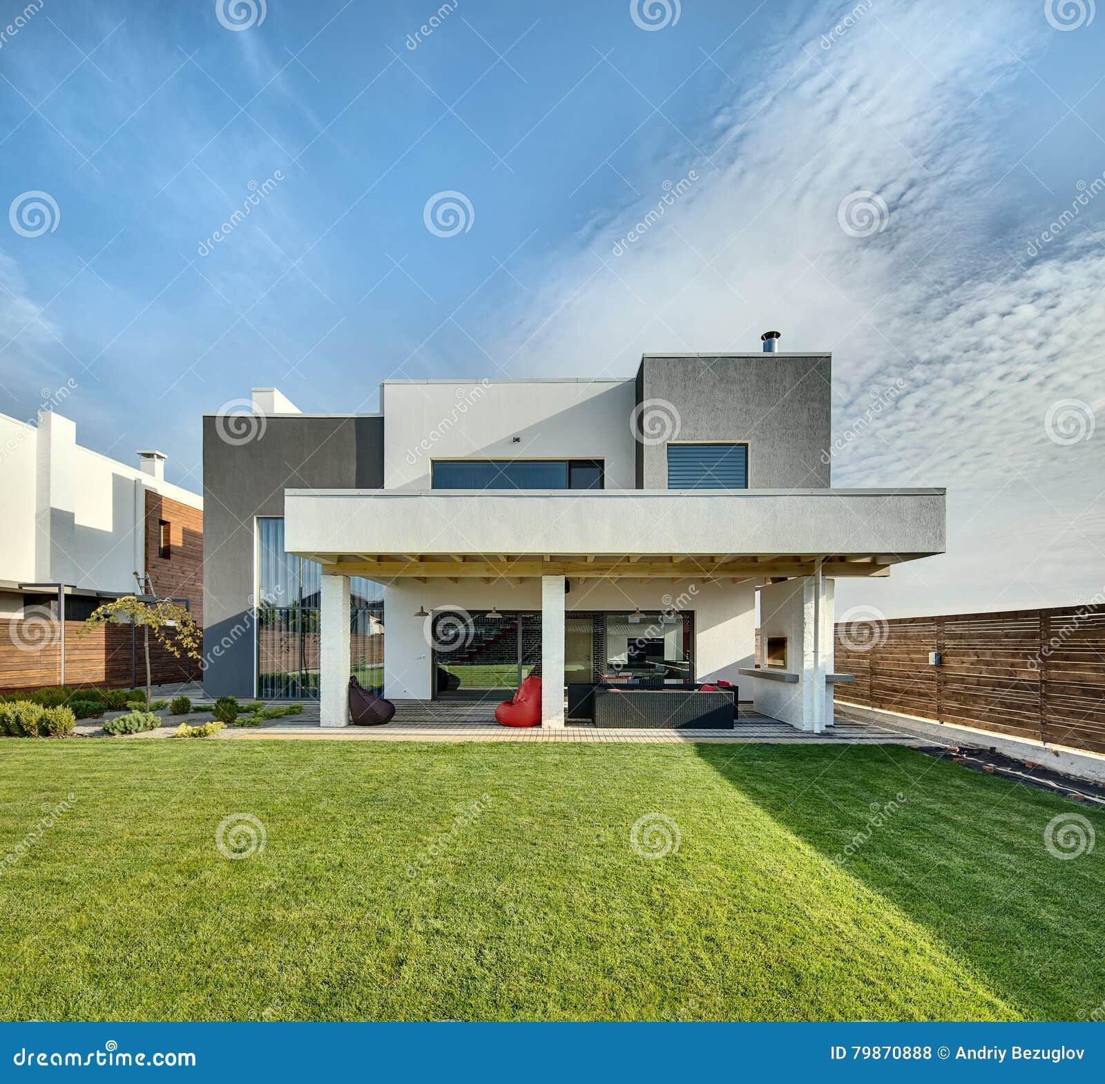 Maison De Campagne Dans Le Style Moderne Photo stock - Image du beau ...