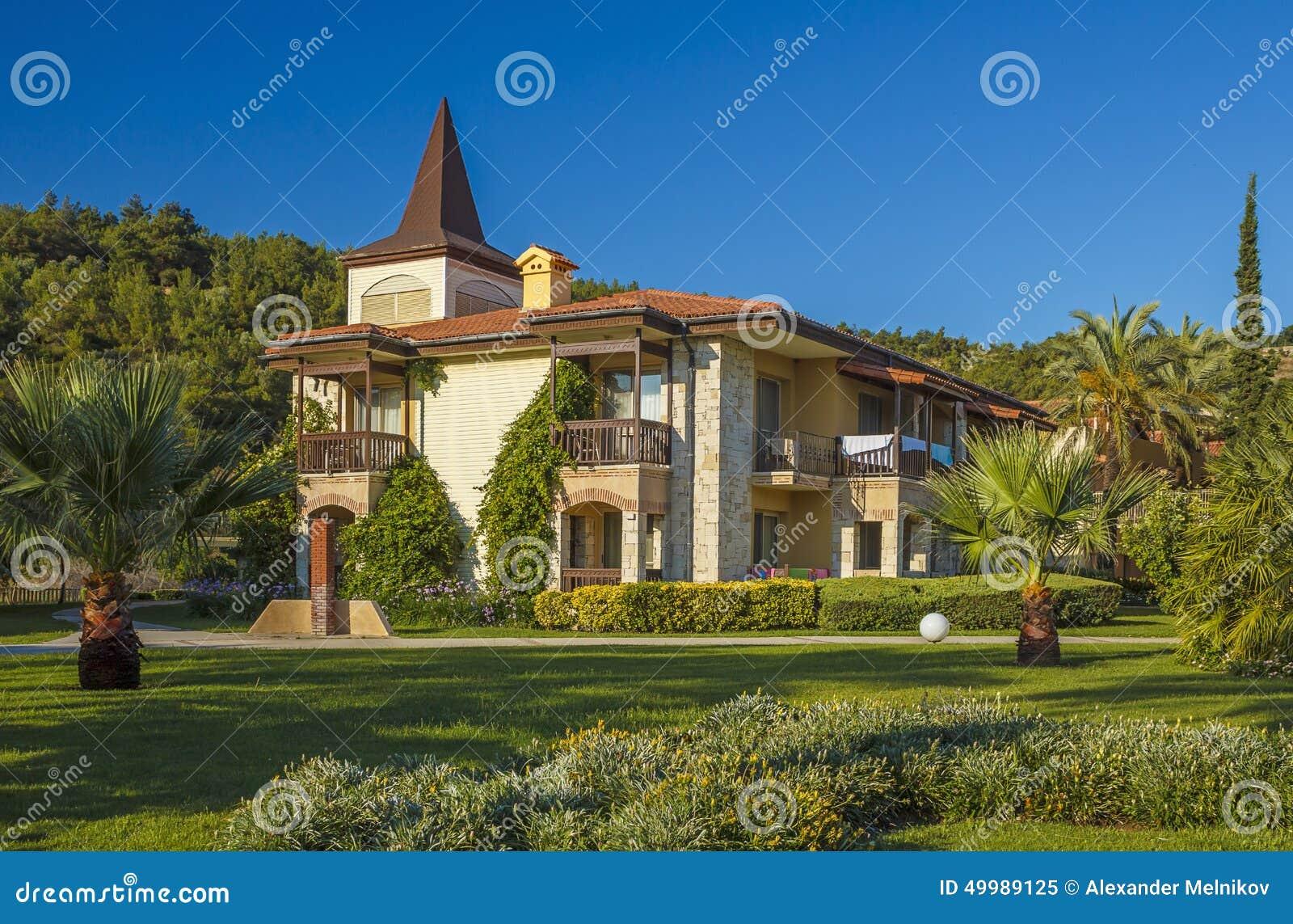 maison de campagne et belle pelouse verte