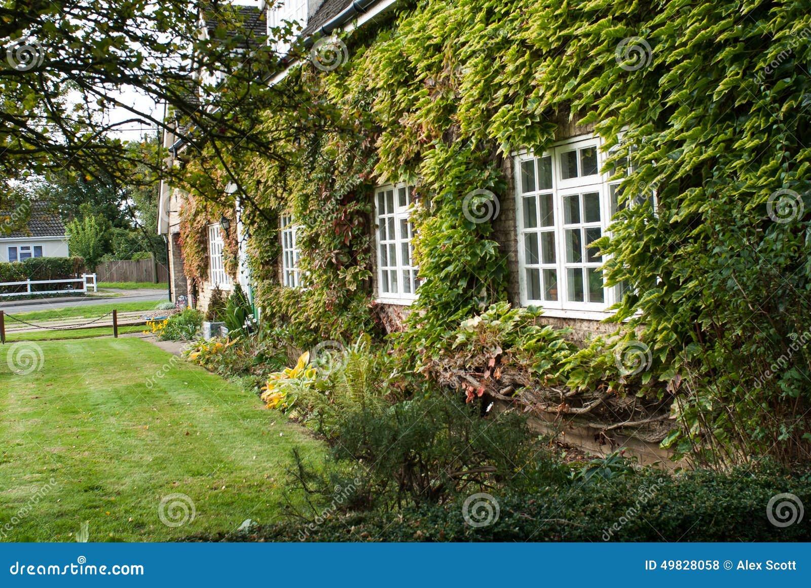 maison de campagne et jardin anglais photo stock image