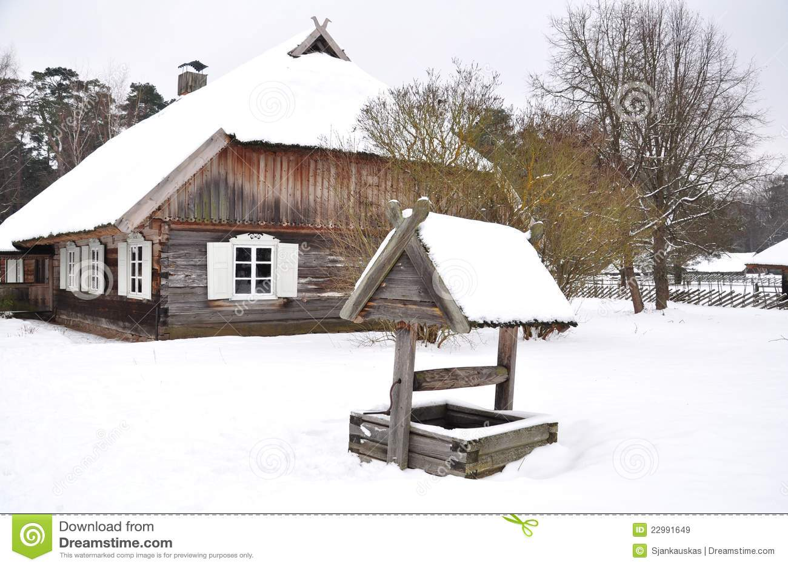 Maison de campagne et puits en bois images libres de for Maison de campagne en bois
