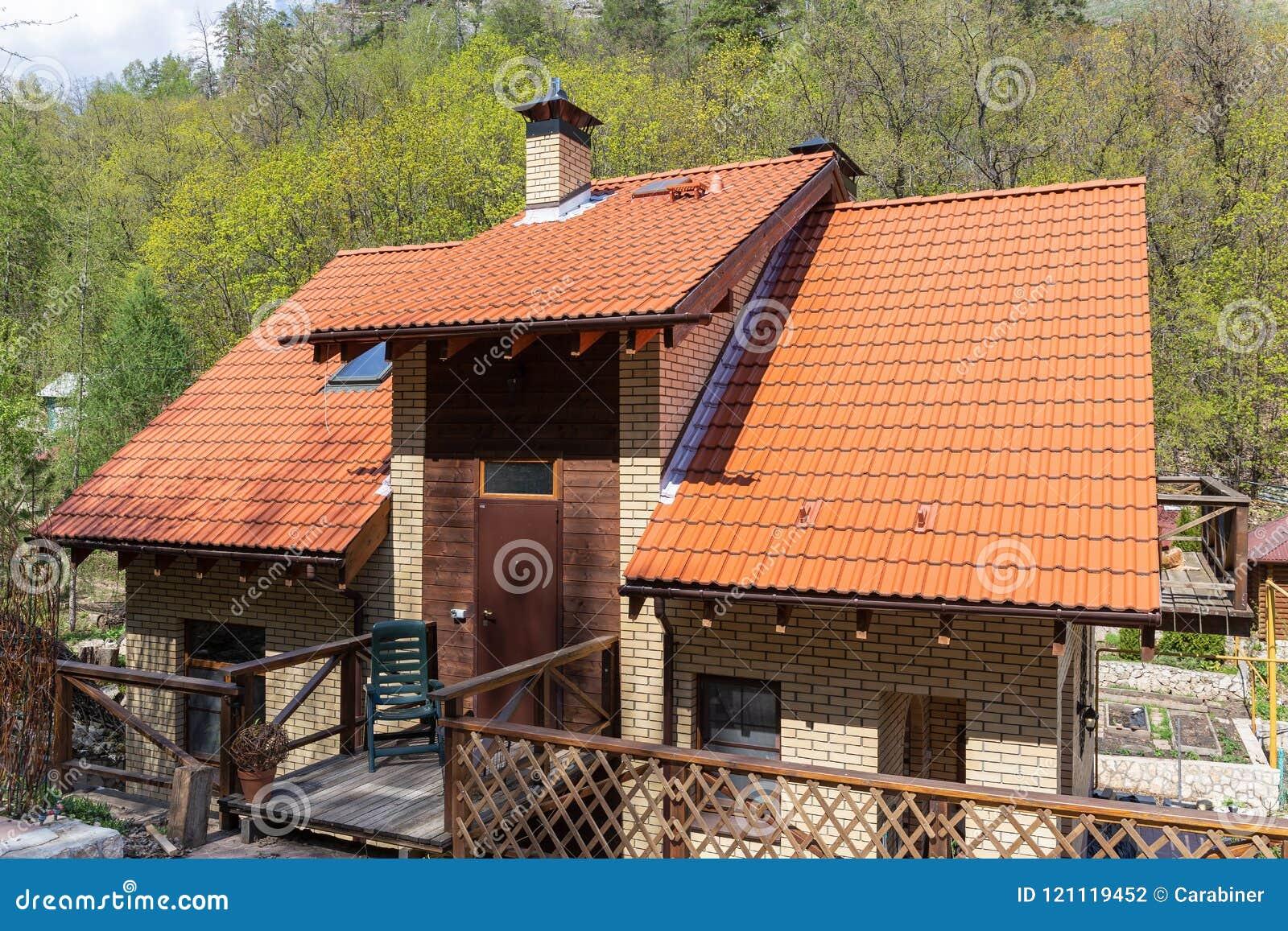 Maison de campagne moderne photo stock. Image du barrière ...