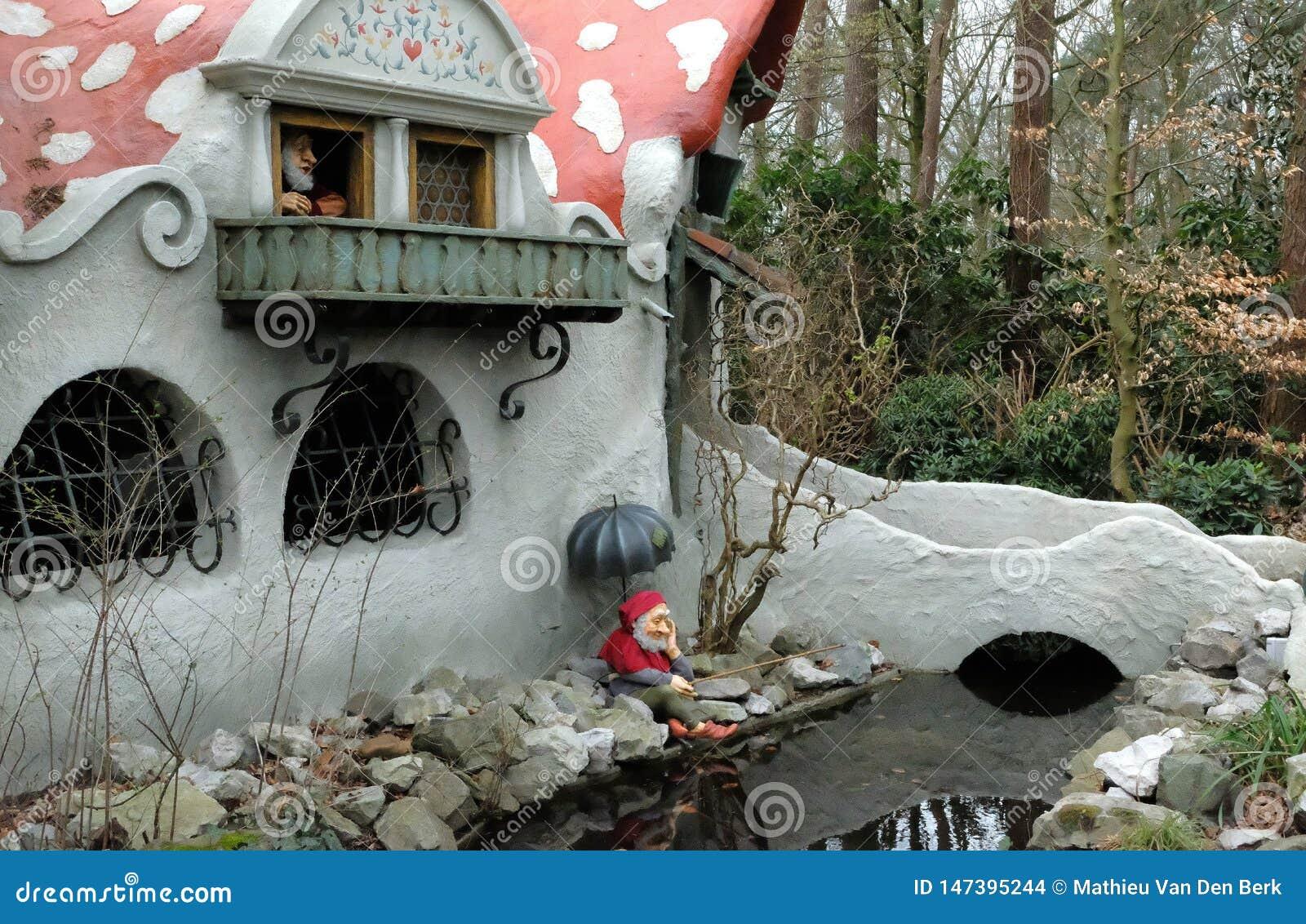 Maison de champignon de Gnome dans la forêt dans le themepark efteling