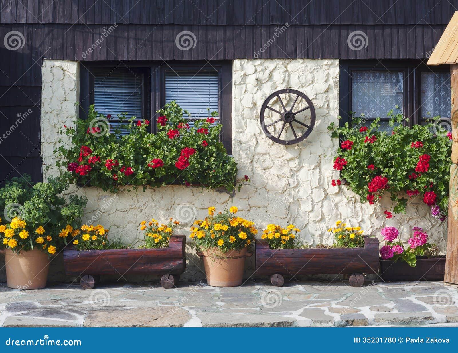 Maison De Cottage Avec Des Fleurs Photo Stock Image