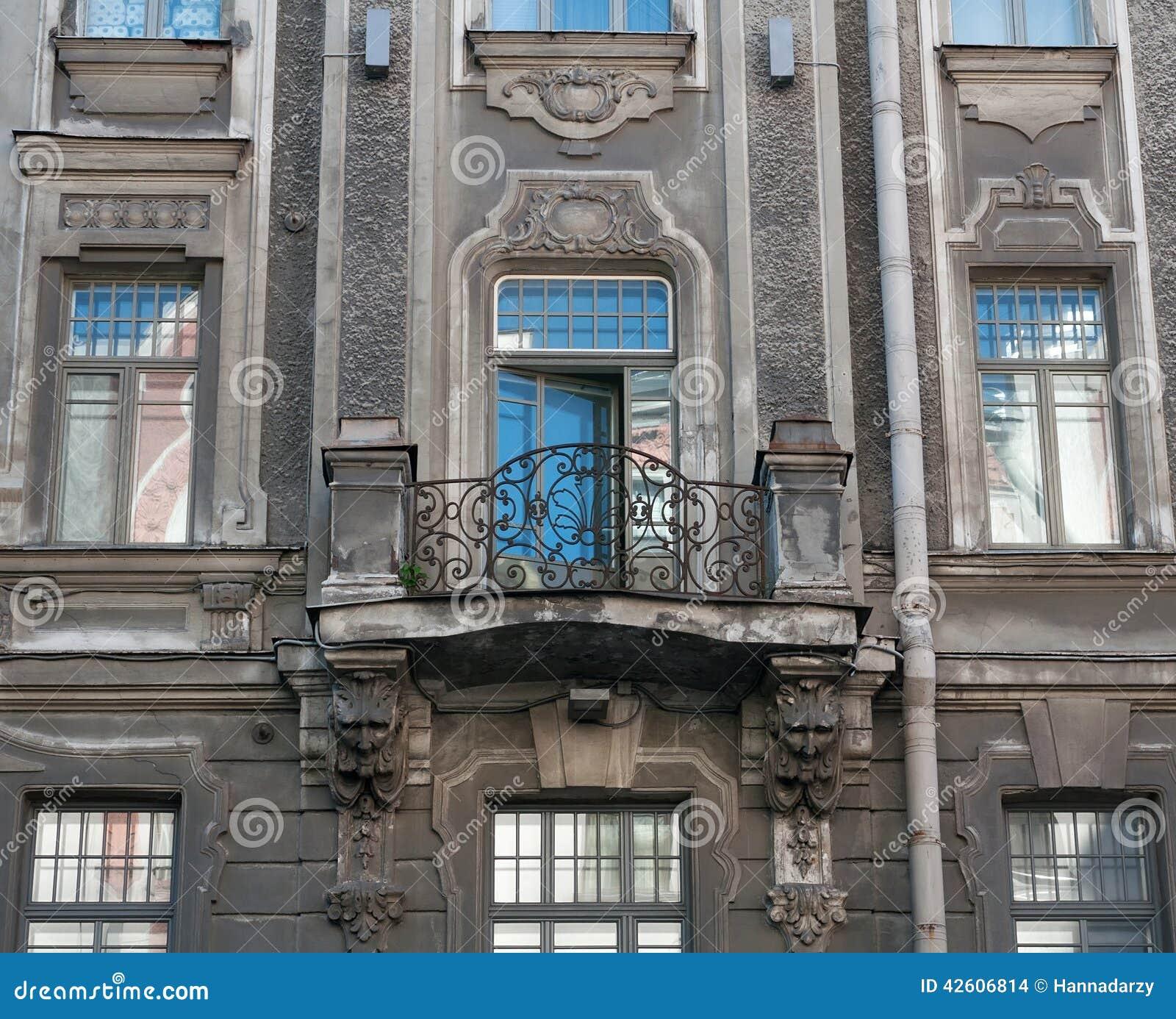Maison de fa ade avec le balcon form et les d corations for Les decoration des maisons