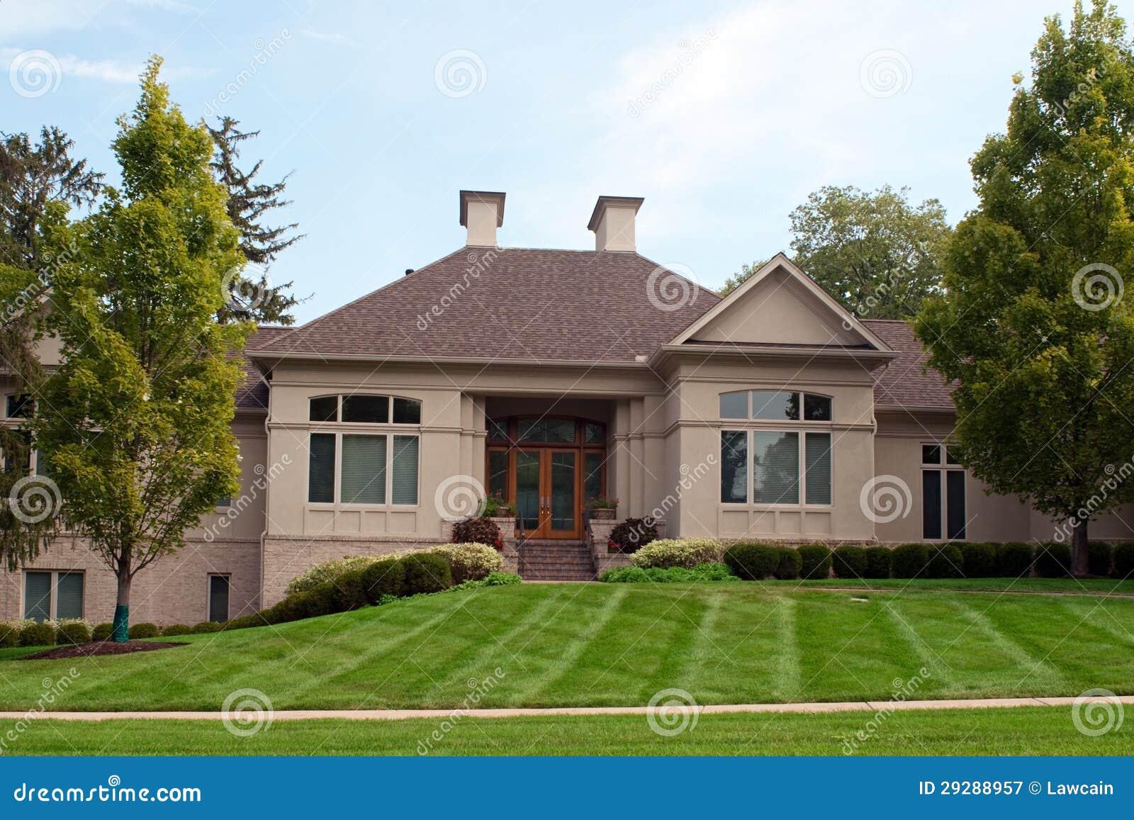 Maison de luxe avec deux chemin es de chemin e photographie stock libre de dr - Maison avec cheminee ...