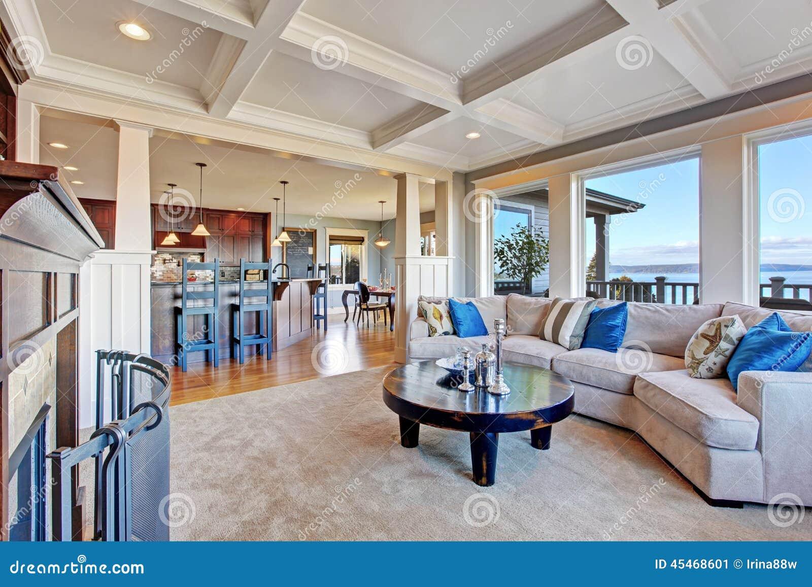 Maison de luxe avec l 39 espace ouvert plafond de coffered tapis et image stock image du - Plafond maison ...