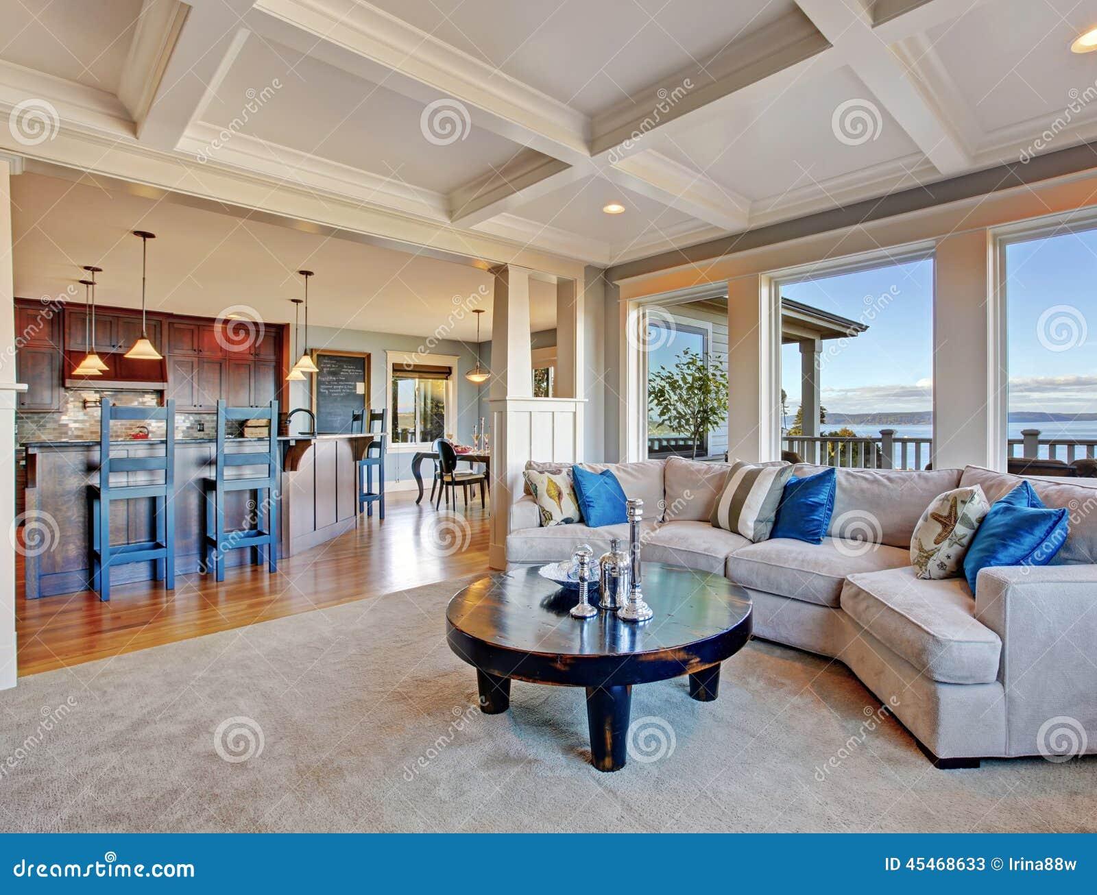 Maison de luxe avec l'espace ouvert plafond de coffered, tapis et ...