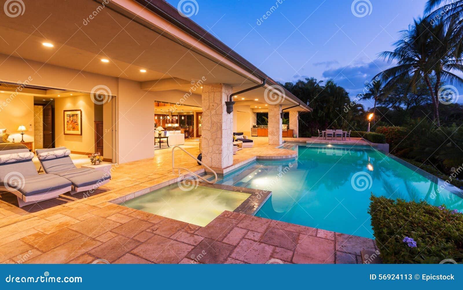 Maison de luxe avec la piscine au coucher du soleil photo for Piscine du soleil nice