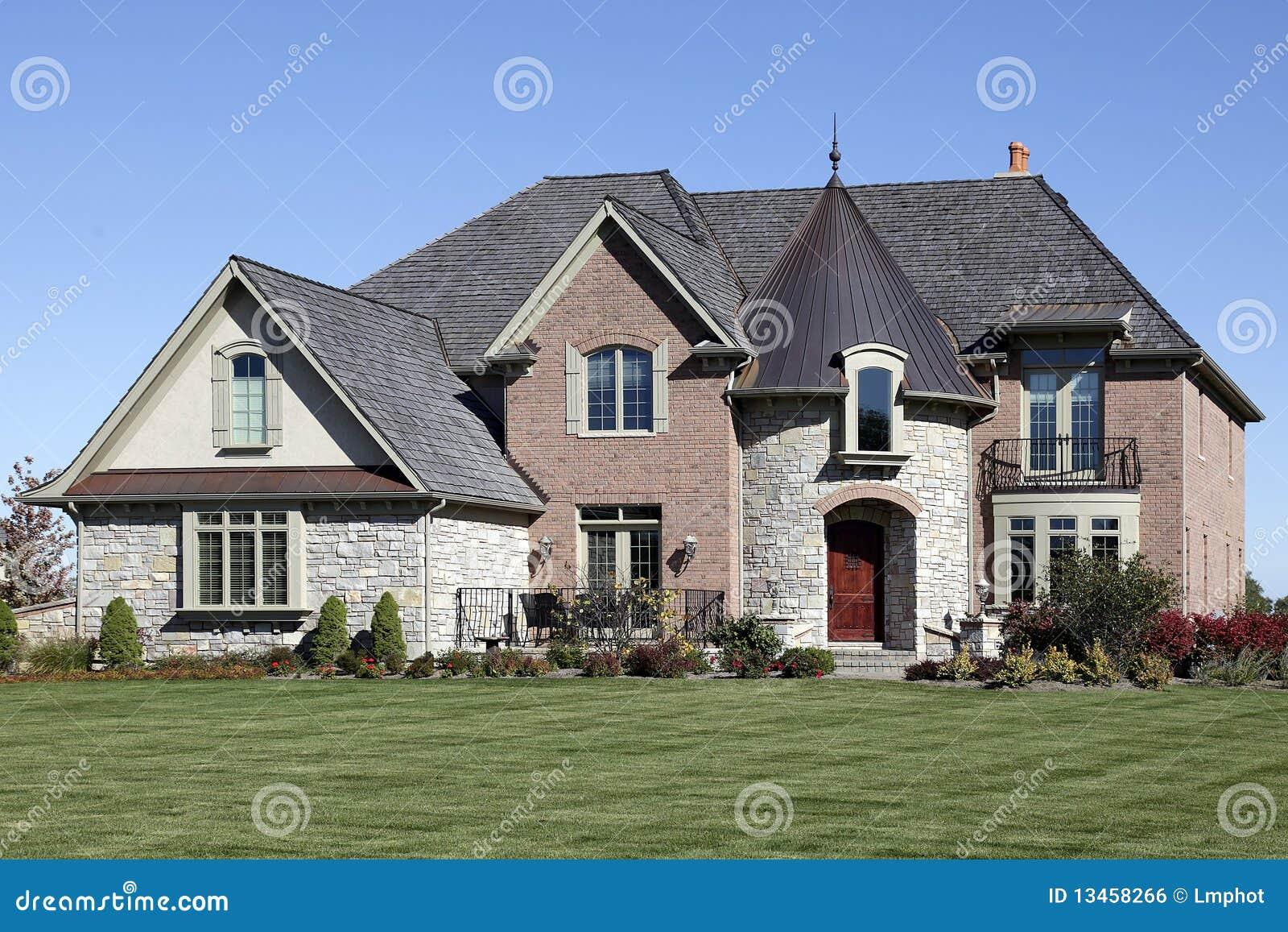 Maison en pierre de luxe avec la tourelle photographie stock libre ...