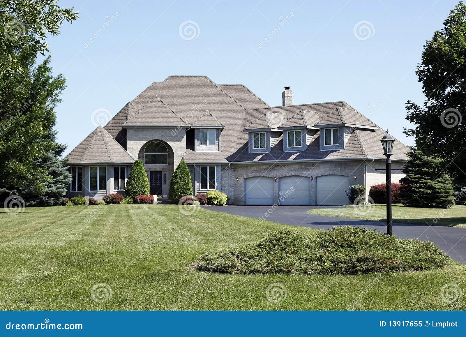 Maison de luxe avec le garage de trois v hicules image stock image du propri t logement for Les maison de luxe