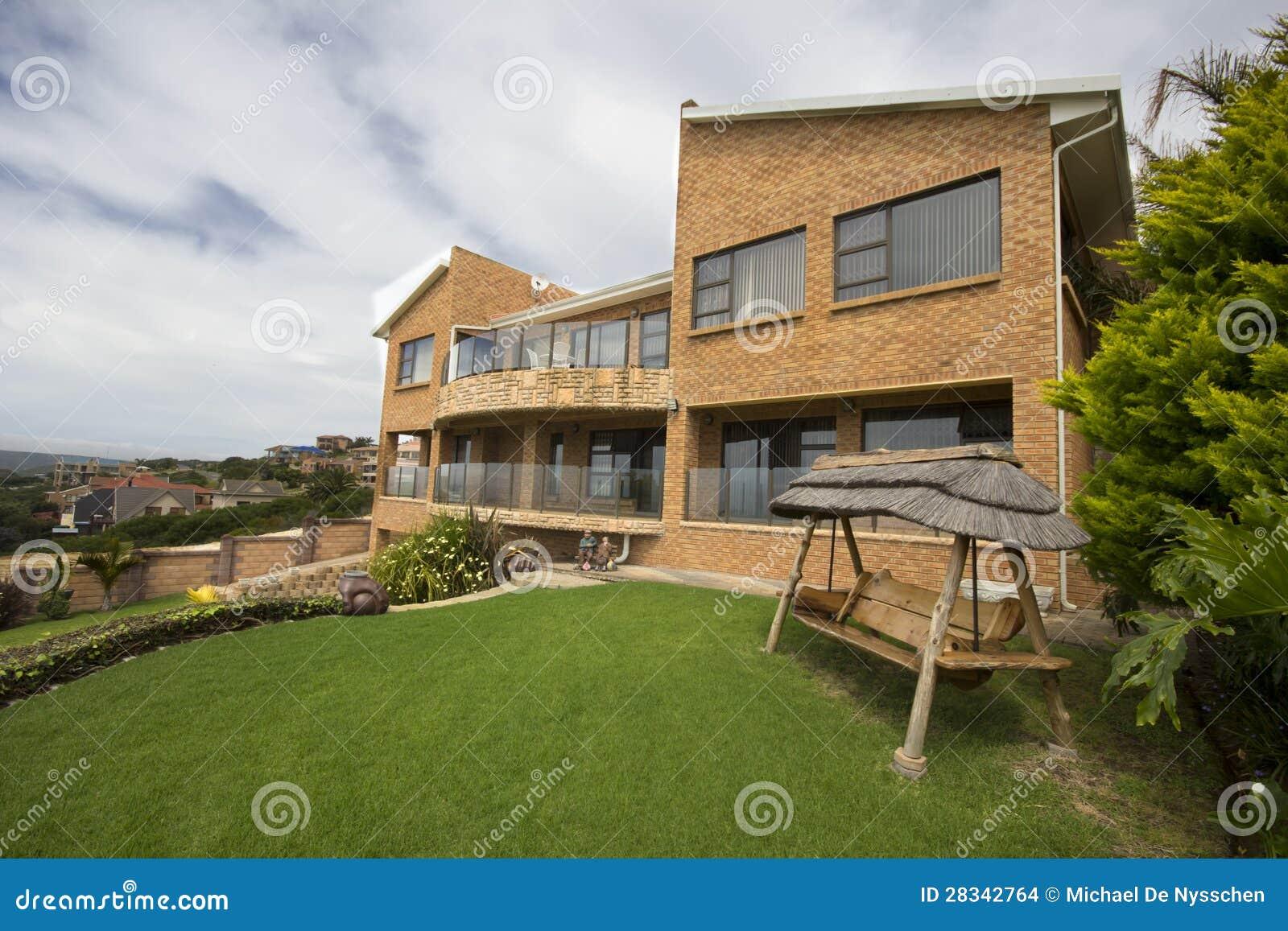 Maison de luxe avec le grand jardin photo stock image du logement pavage 28342764 for Les maison de luxe
