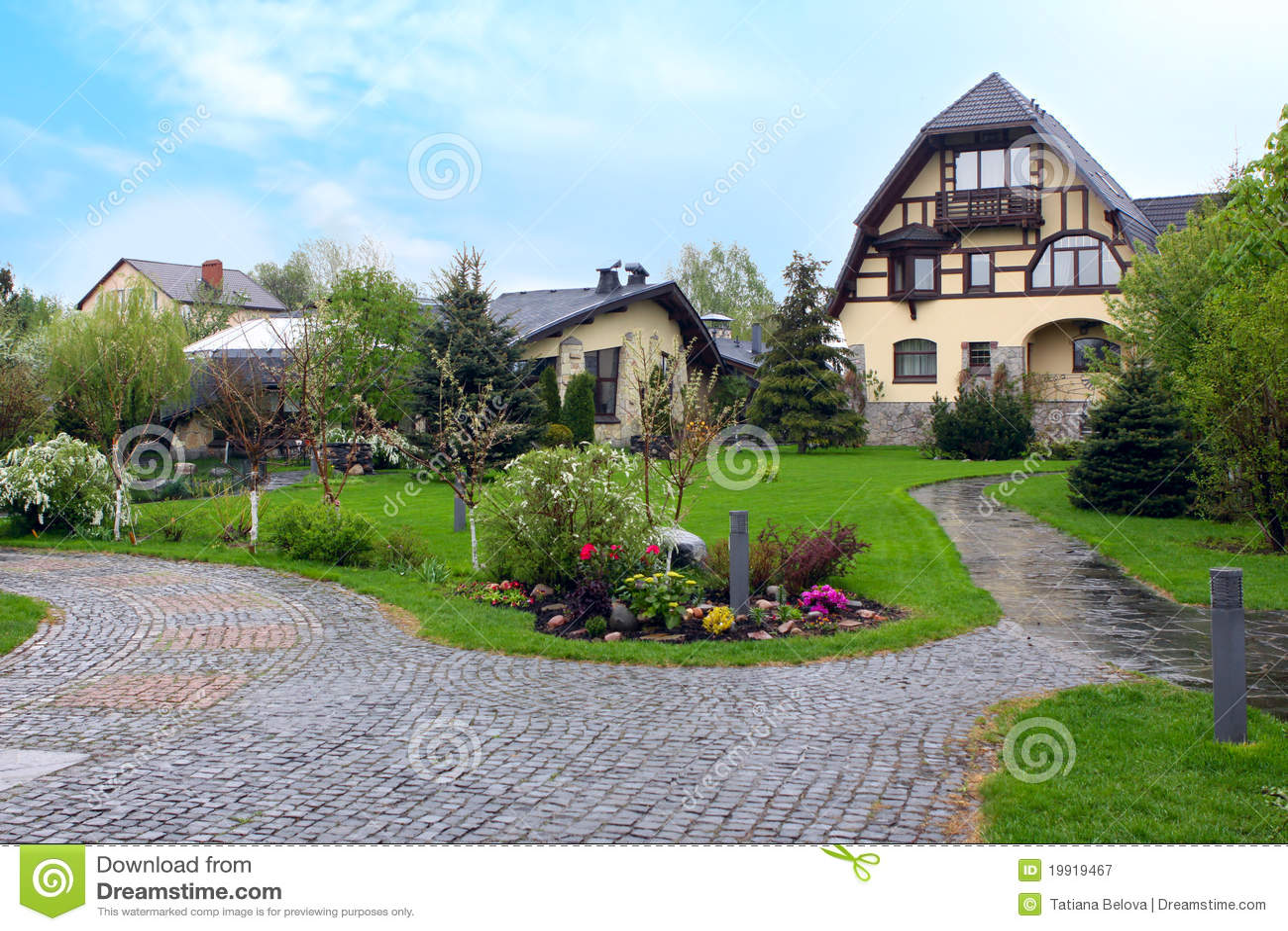 Maison de luxe avec le jardin de fleur image stock image for Photo de jardin de maison