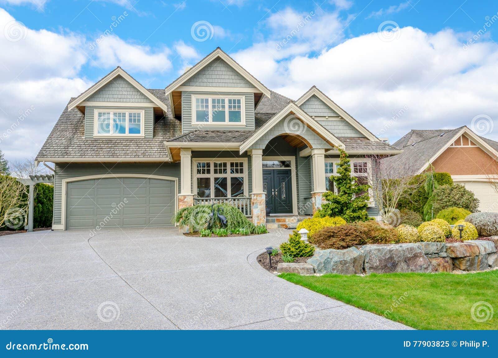Maison De Luxe Avec Un Garage De Deux-voiture Image stock - Image du garage, moderne: 77903825