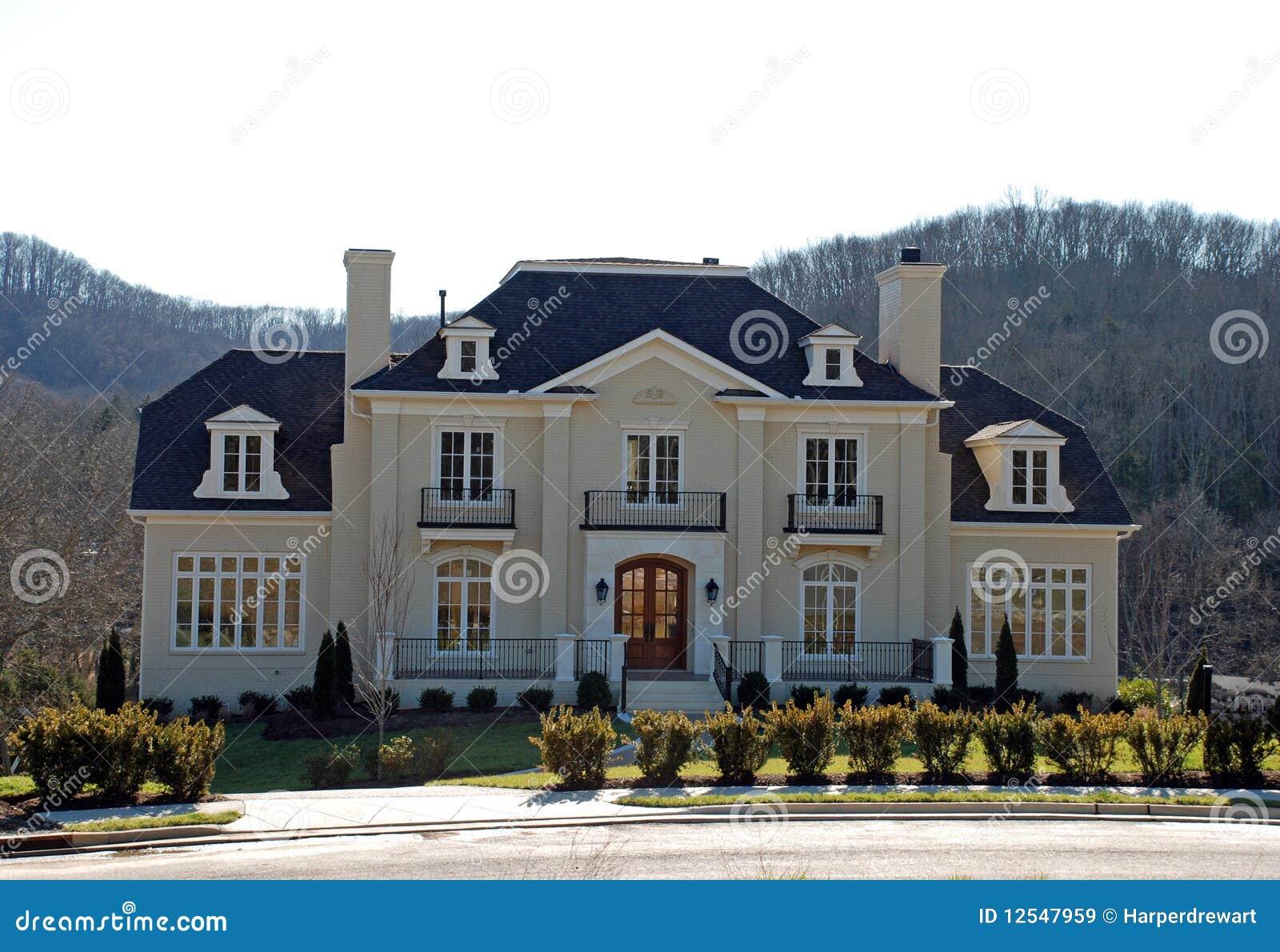 Maison de luxe classique 37 images libres de droits for Maison bois classique