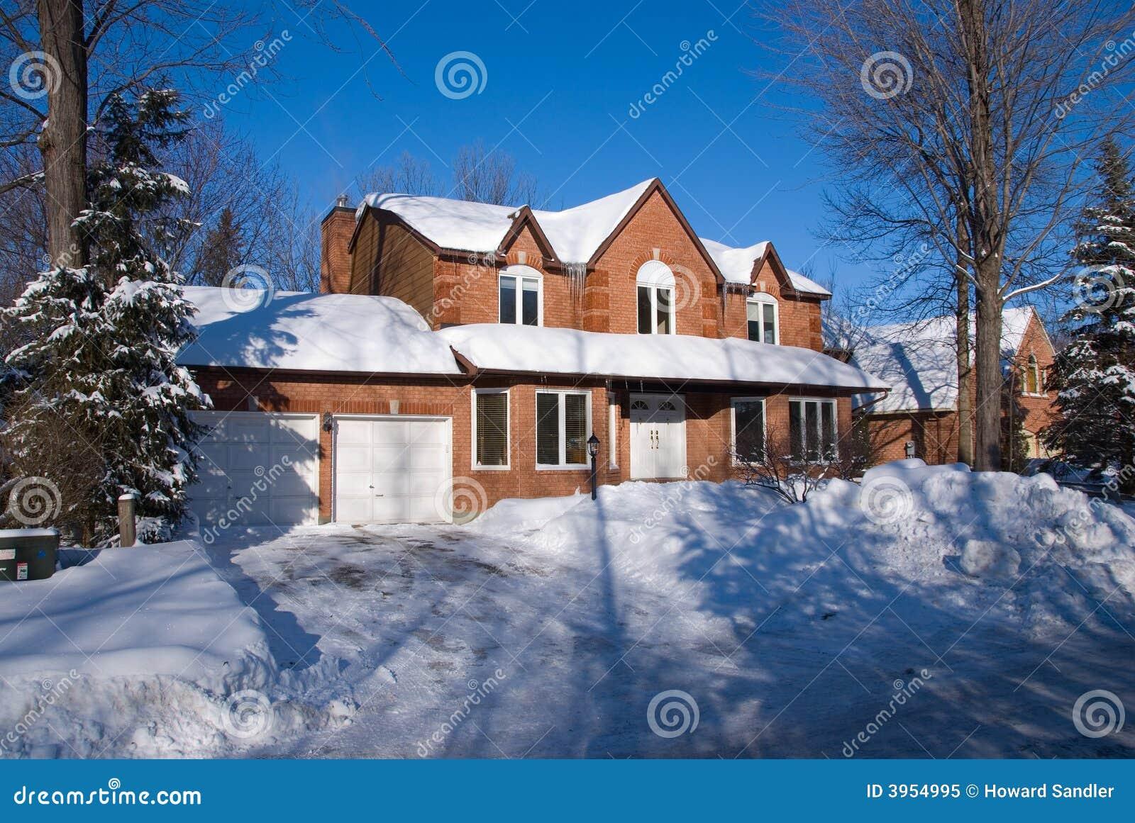 maison de luxe de brique en hiver image stock - image du bleu, réel