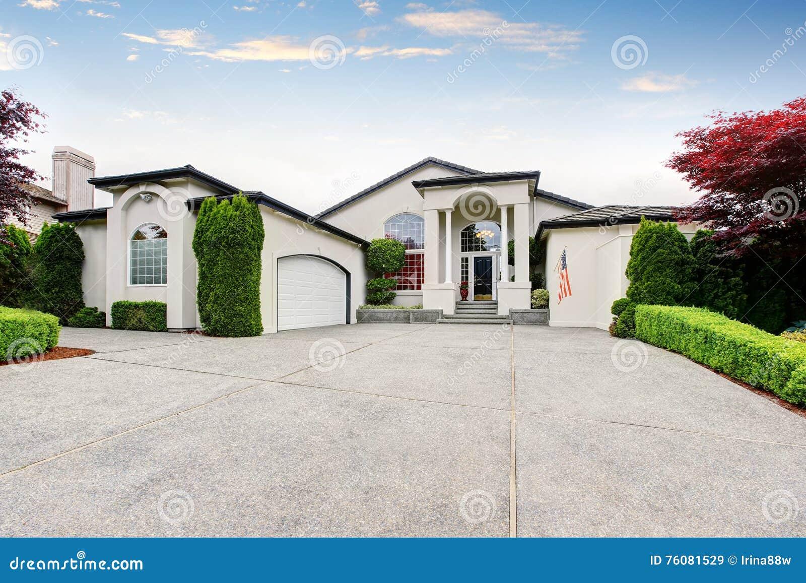 Maison de luxe extérieure avec le porche concret de plancher avec des colonnes