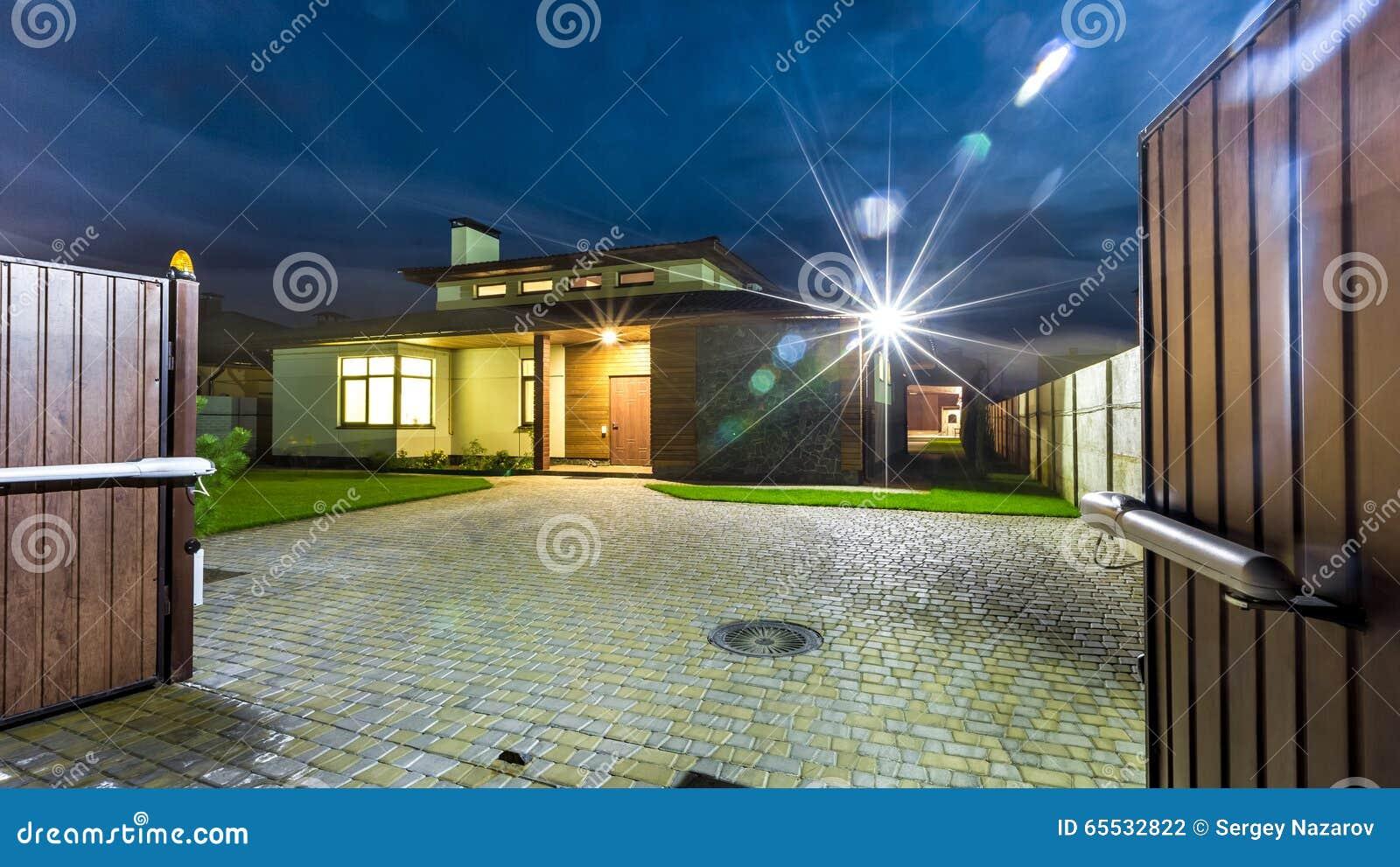 Maison De Luxe Isolée La Nuit - Vue De L\'extérieur Photo stock ...