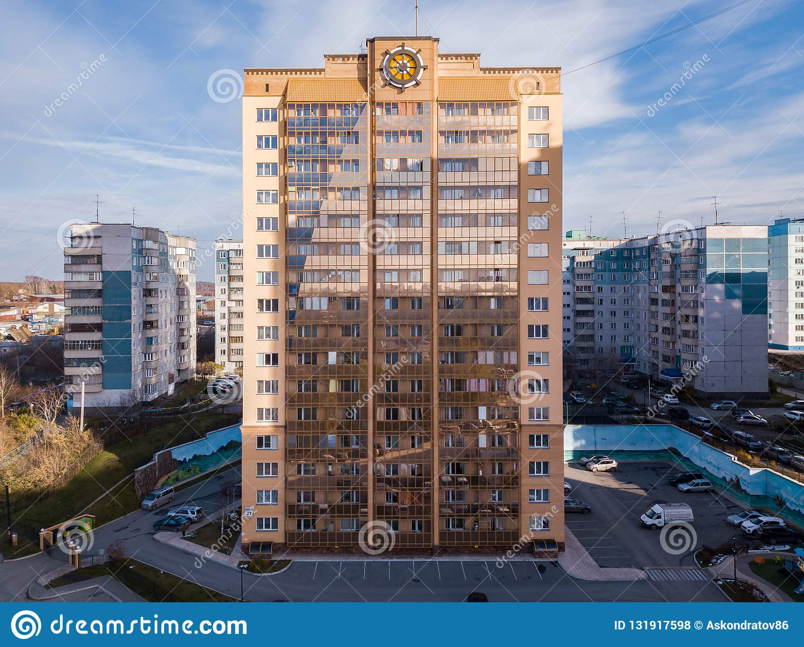 Maison De Luxe Moderne Grande De Couleur D\'or Avec Un Volant ...