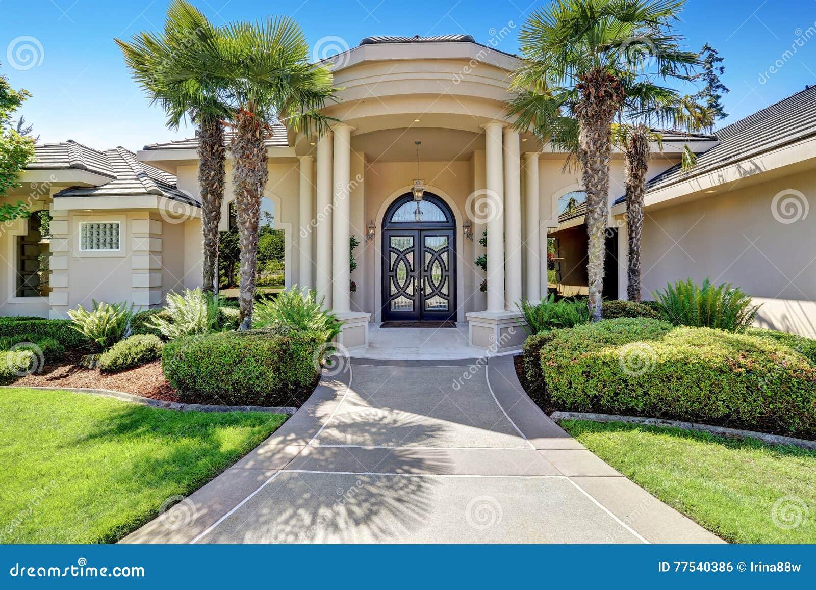 Maison de luxe suburbaine avec le porche de colonne et la for Un porche d entree