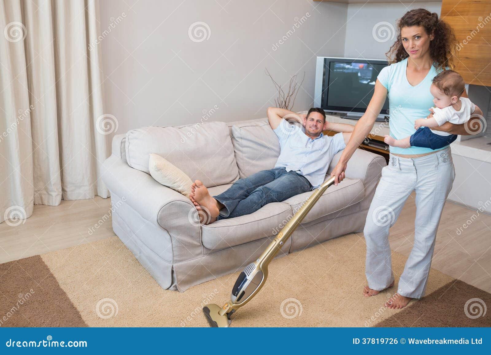 maison de nettoyage de femme tout en portant le b 233 b 233 image libre de droits image 37819726