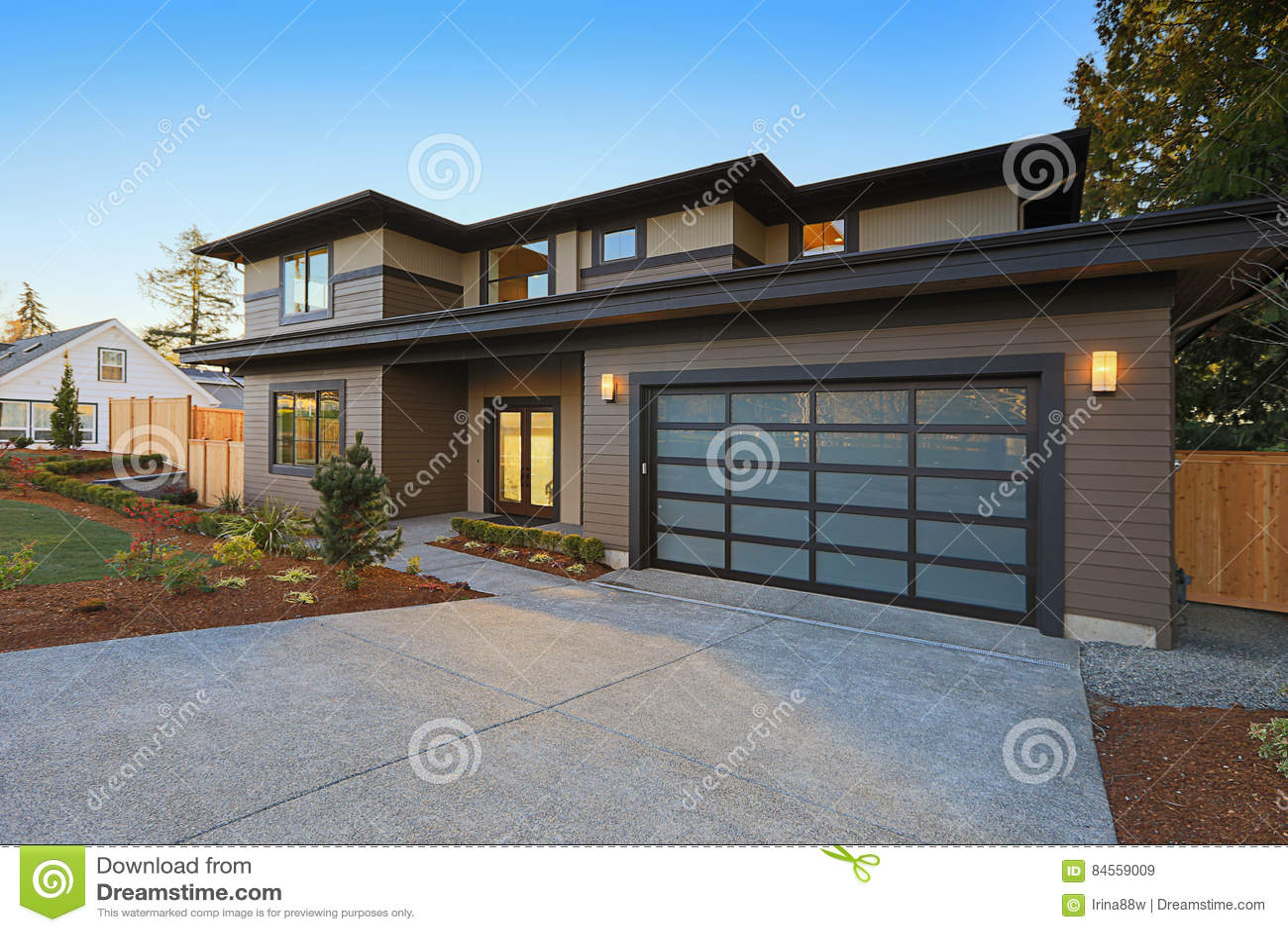 Construction Maison En Pente maison de nouvelle construction avec le bas toit de pente et