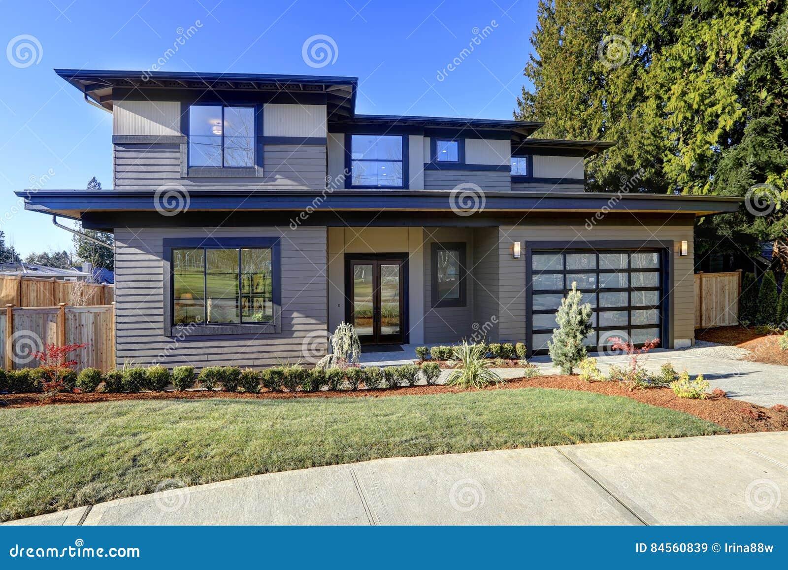 maison de nouvelle construction avec le bas toit de pente et la voie de garage brune image stock. Black Bedroom Furniture Sets. Home Design Ideas