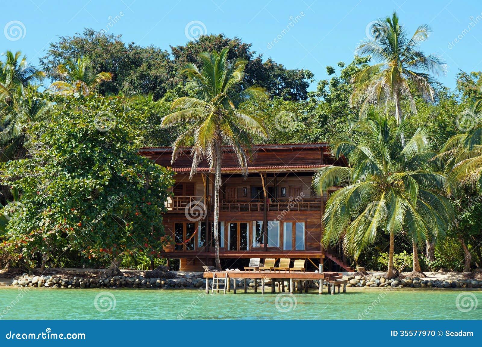 Maison de plage tropicale de bord de mer photo stock for Maison de bord de mer