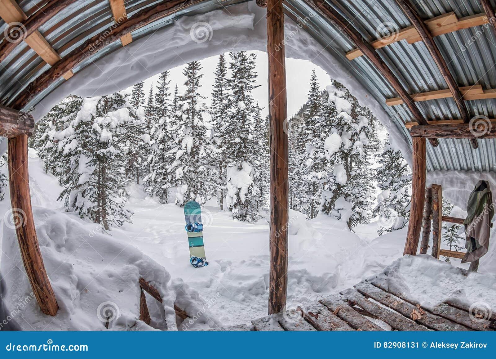 Maison de porche chalet dans la for t d 39 hiver avec la - Porche chalet ...