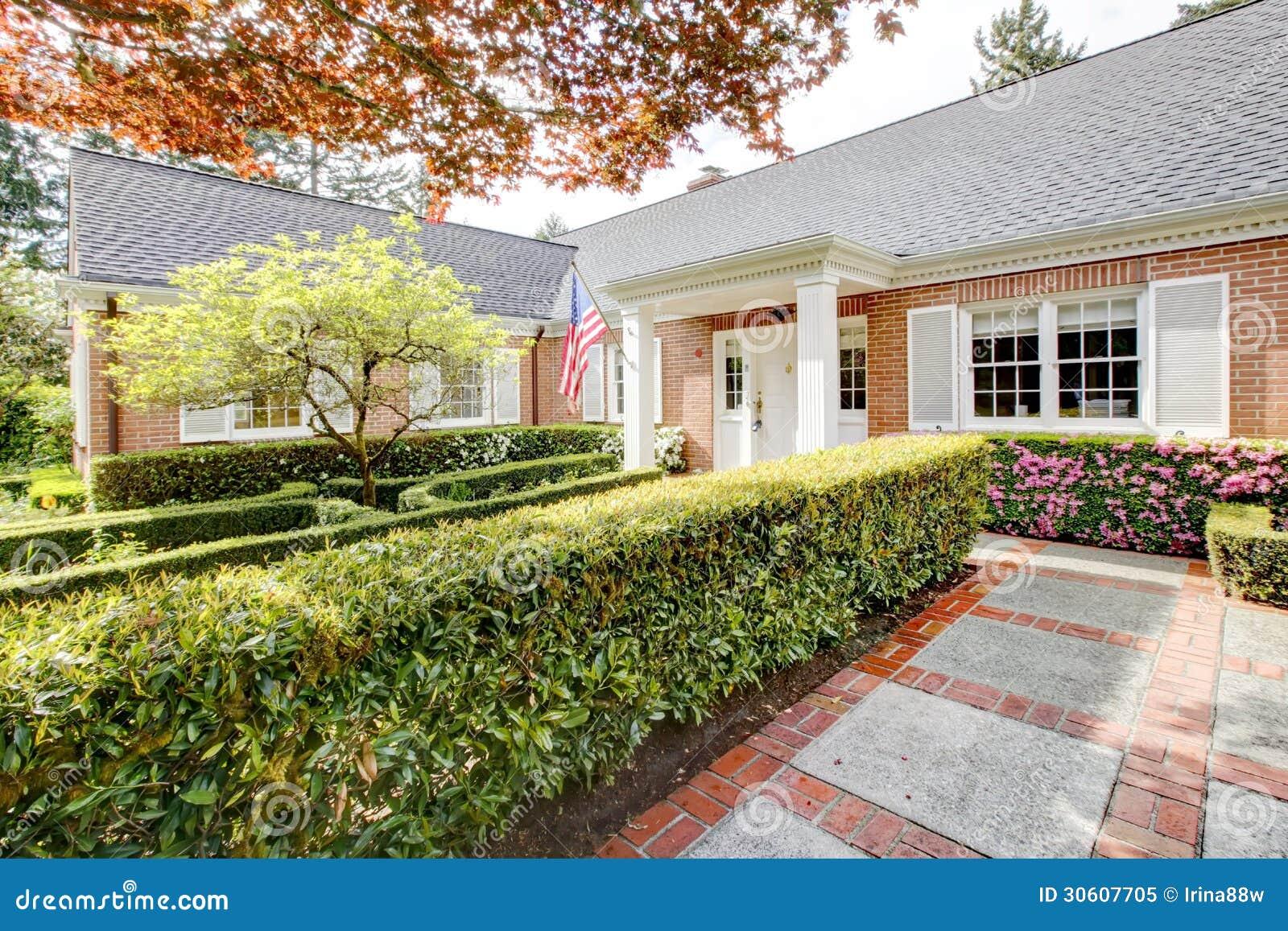 Maison de rouge de brique avec le jardin anglais et les for Conception jardin anglais
