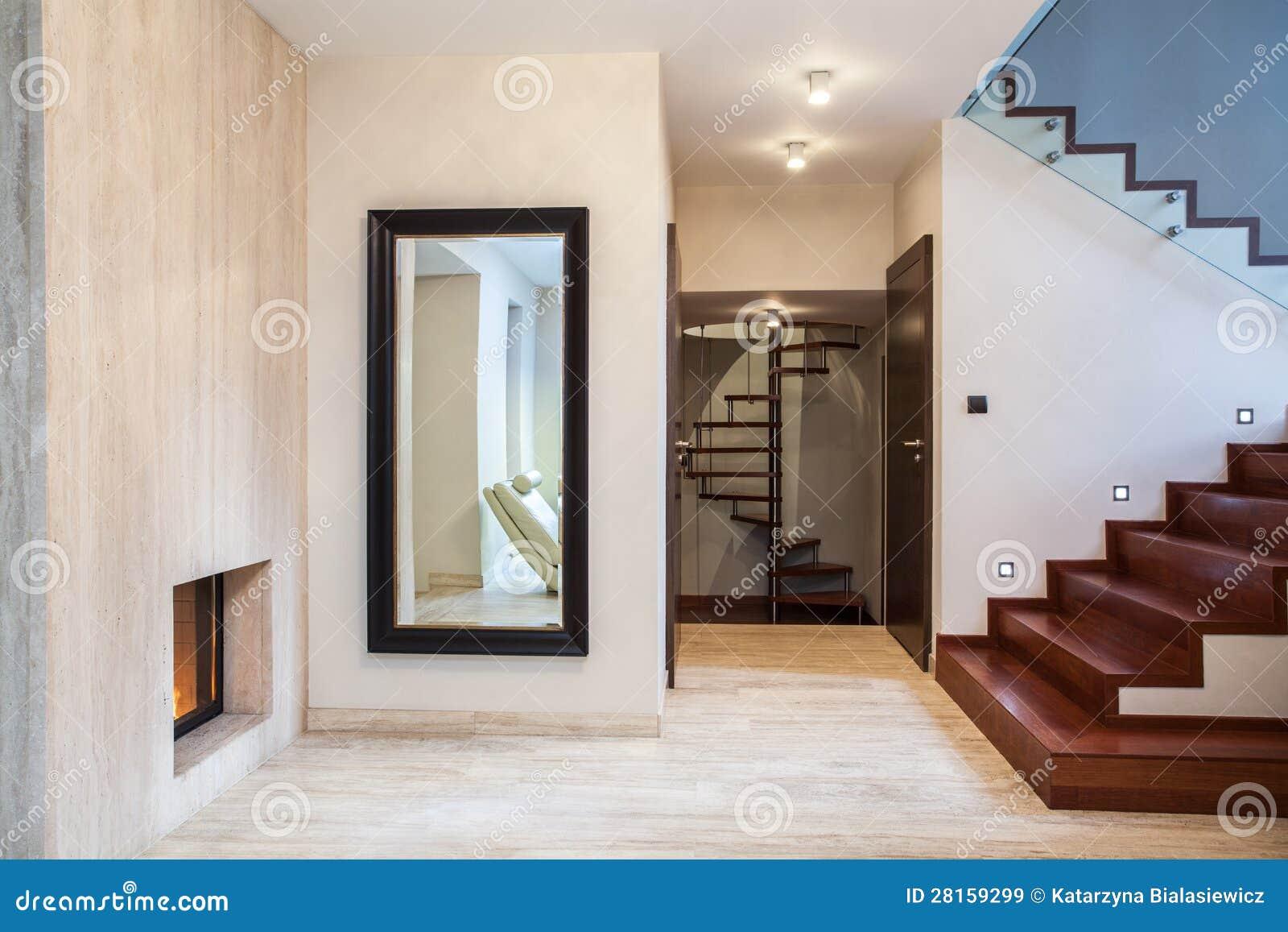 Maison de travertin miroir et escaliers images libres de for Feng shui decoracion espejos